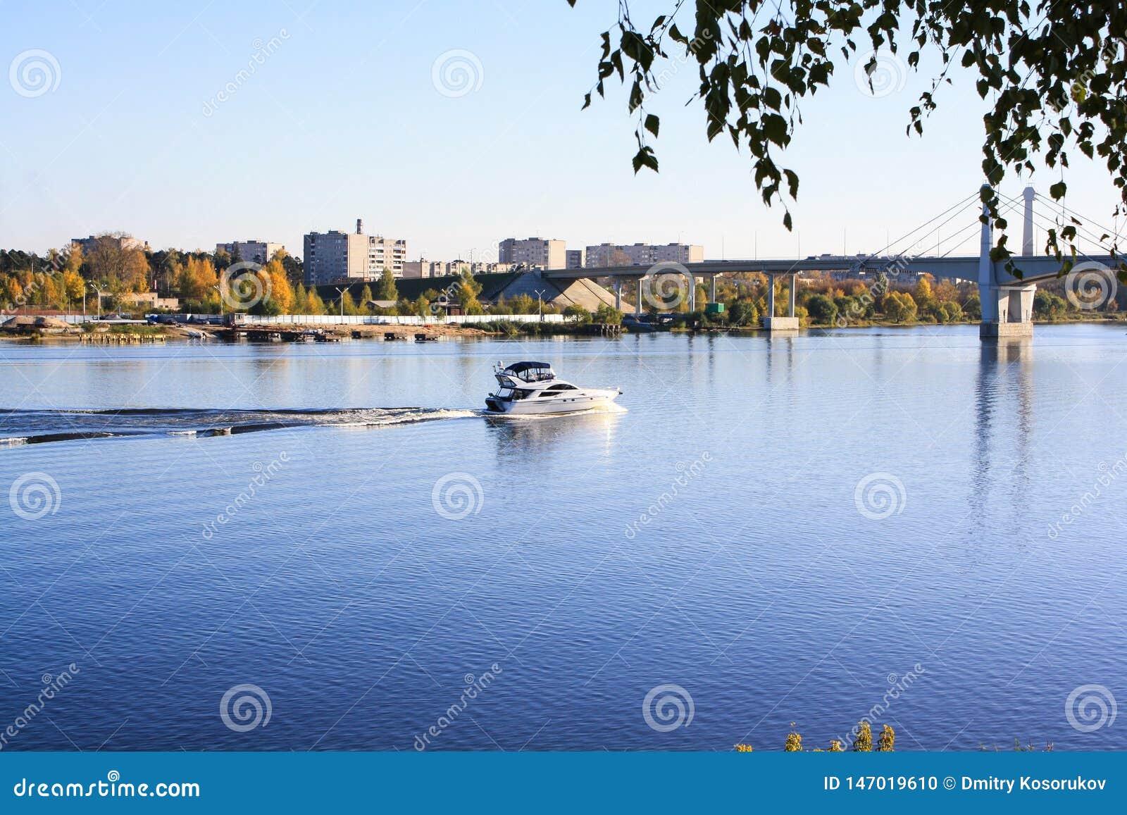 沿河的游艇风帆沿城市