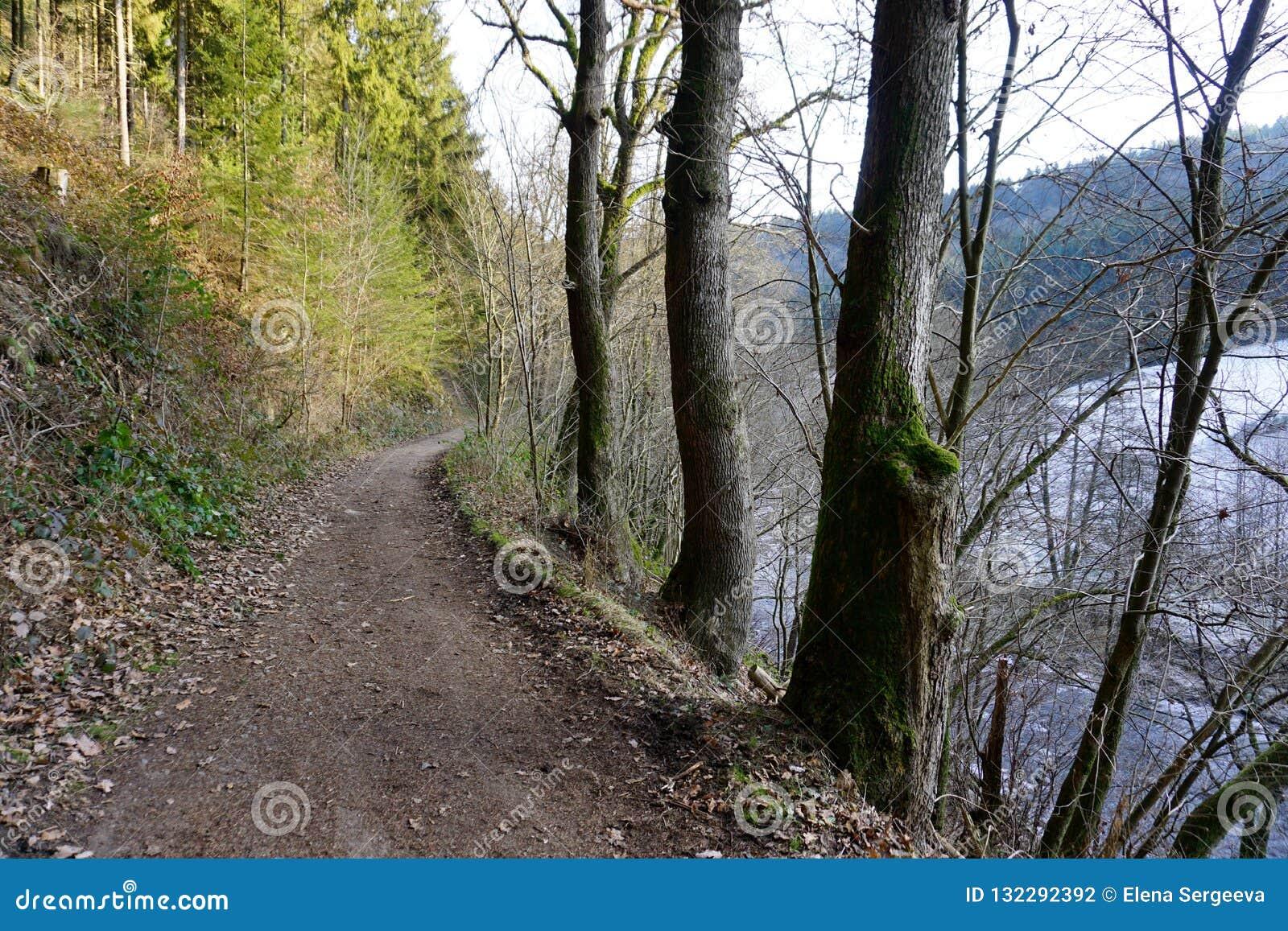 沿河鲁尔的足迹在蒙绍附近