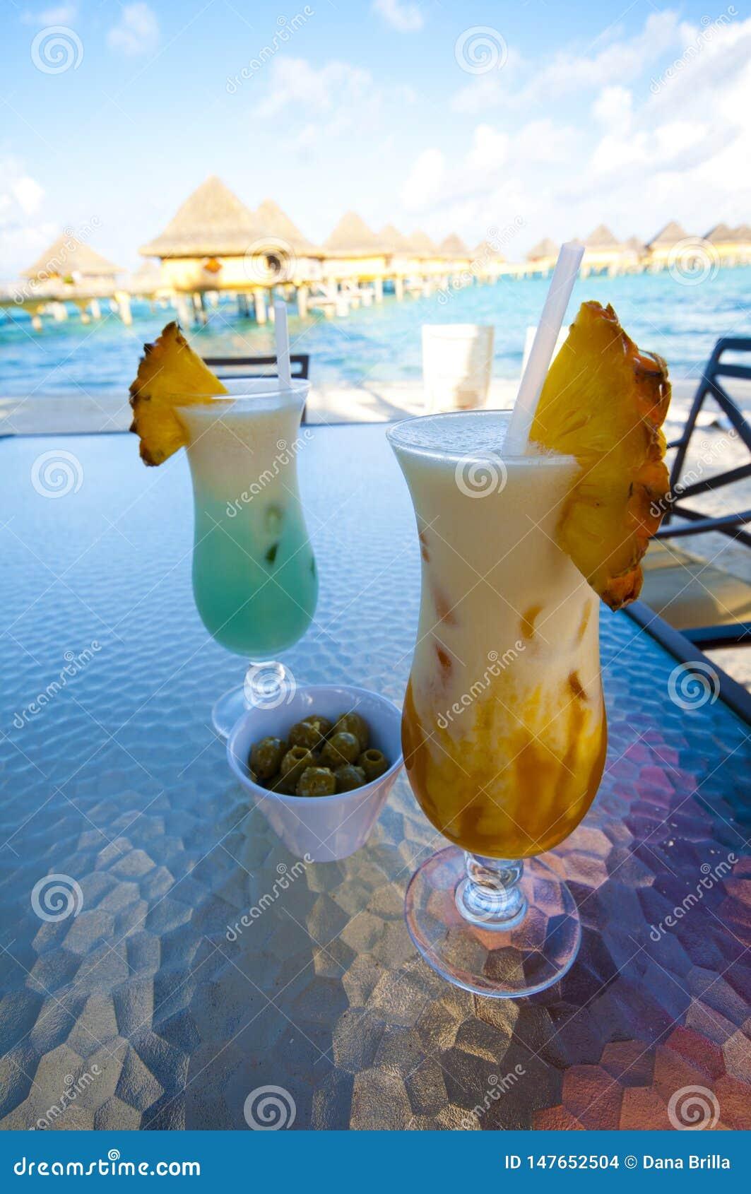 沿海滩的典型饮料在博拉博拉岛