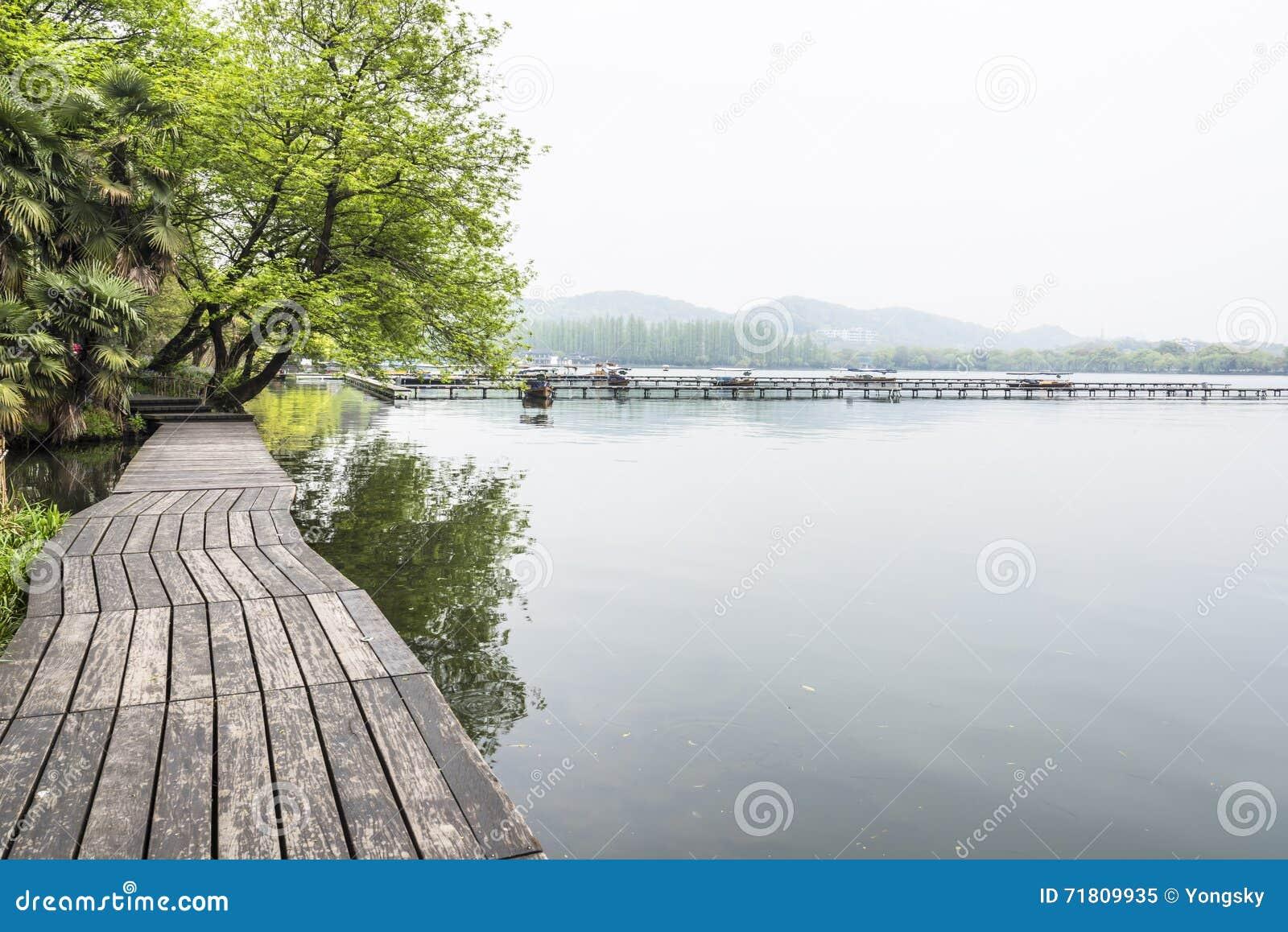 沿湖的木边路