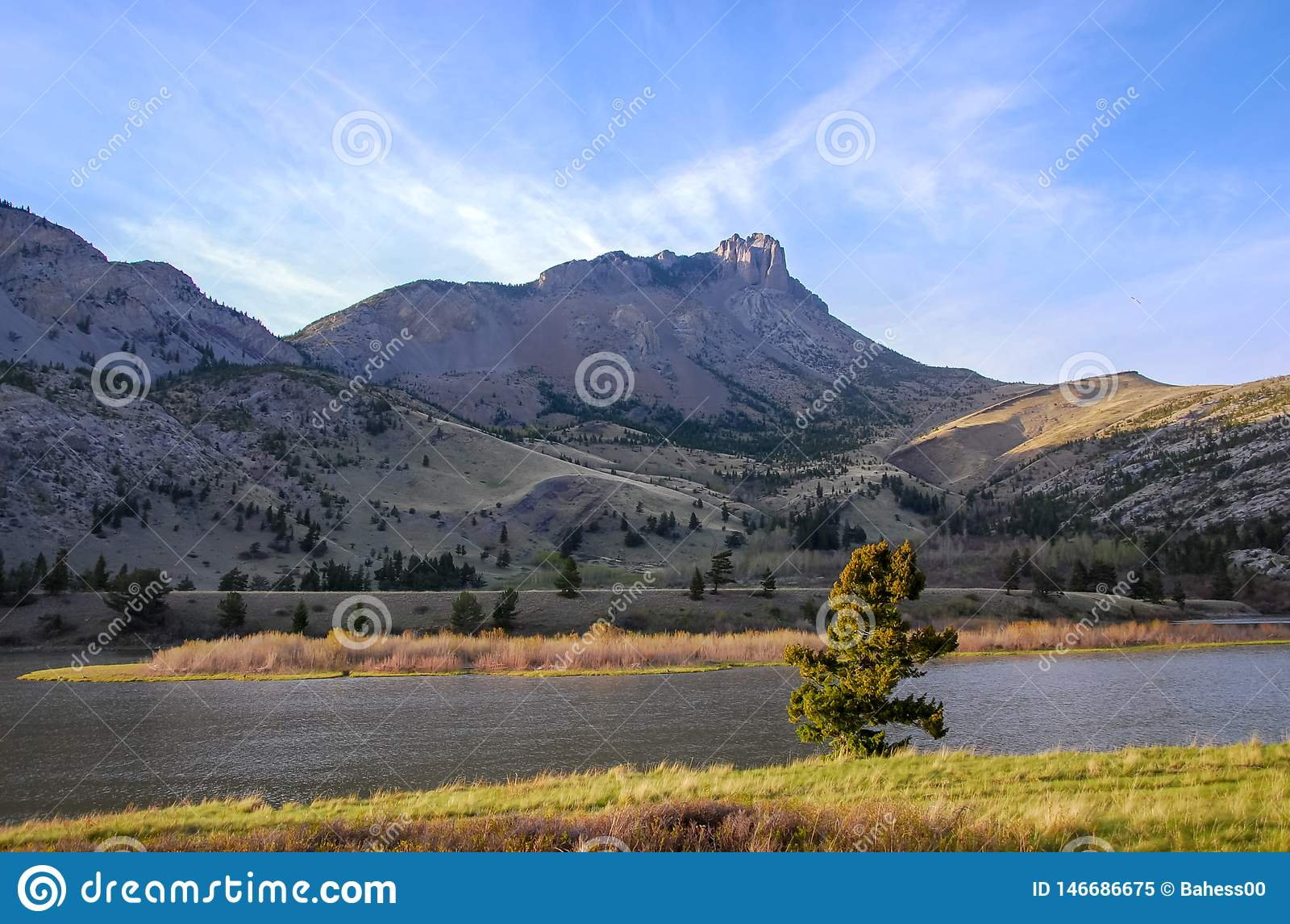 沿蒙大拿的东部前面的锋利的山峰