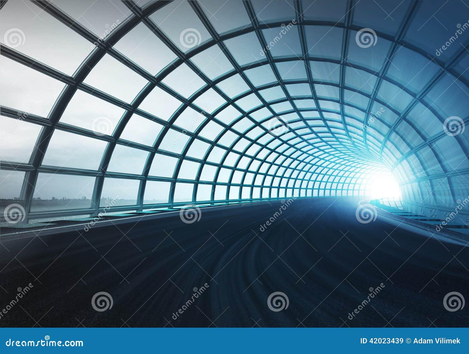 沿速度轨道的发怒曲拱建筑隧道