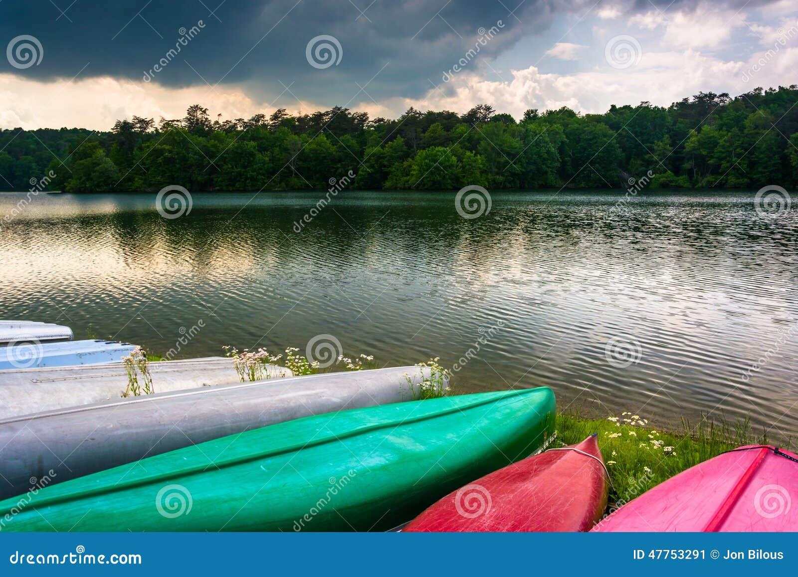 沿Prettyboy水库岸的独木舟在巴尔的摩,玛丽