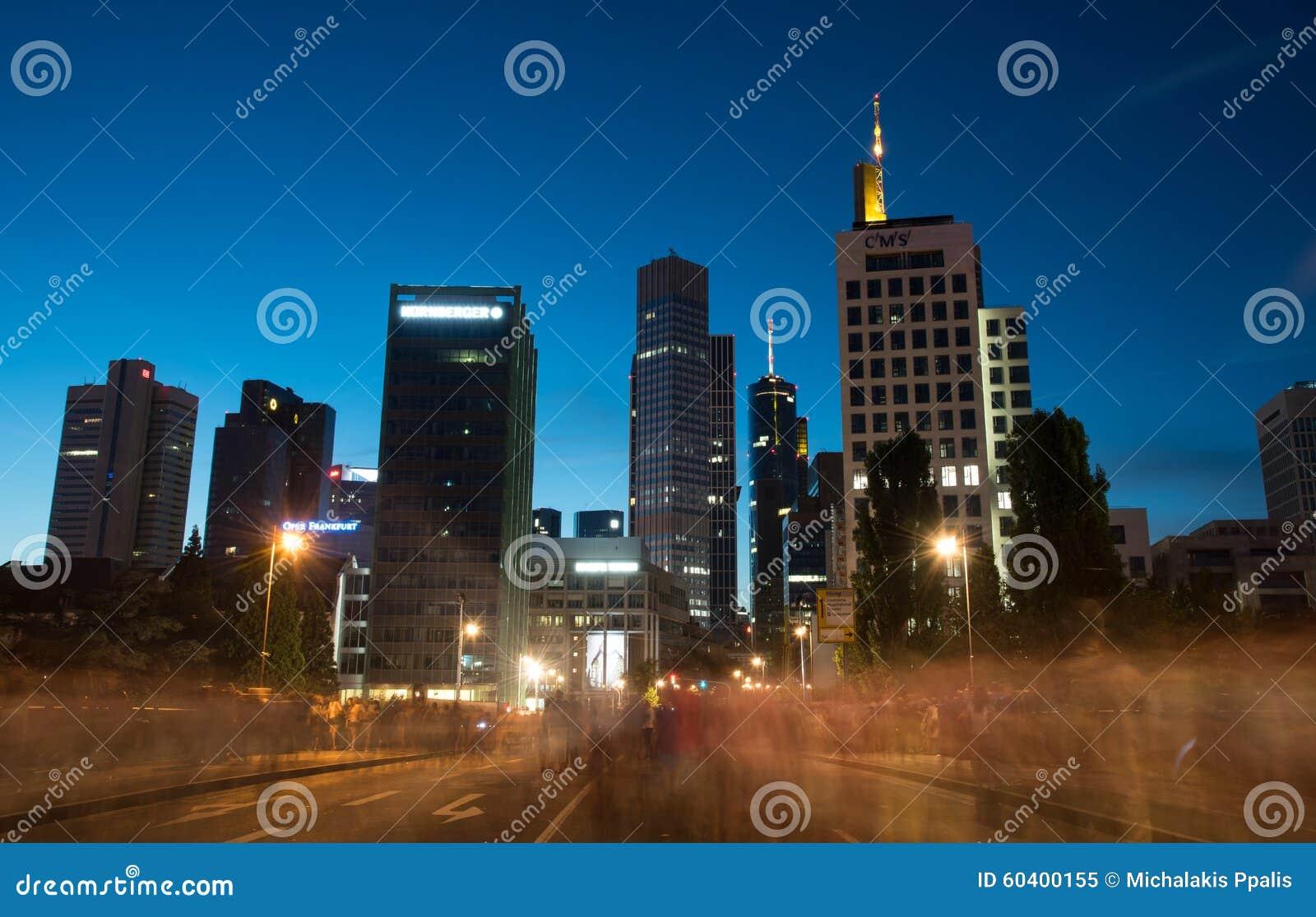 法兰克福市地平线在微明下