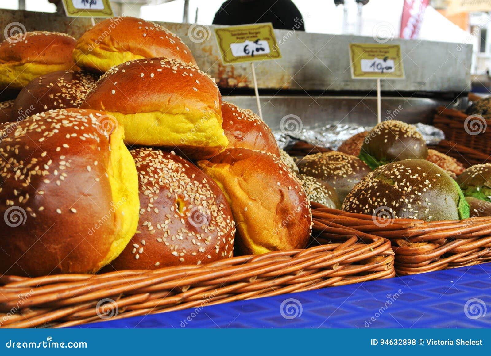 法兰克福,德国- 2017年6月6日:一套另外颜色新鲜的汉堡小圆面包与芝麻籽的在篮子