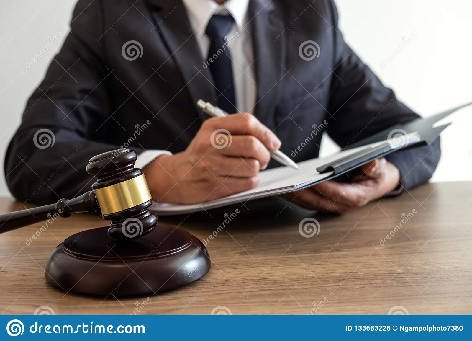 法律法律、忠告和正义概念,顾问律师或者notar