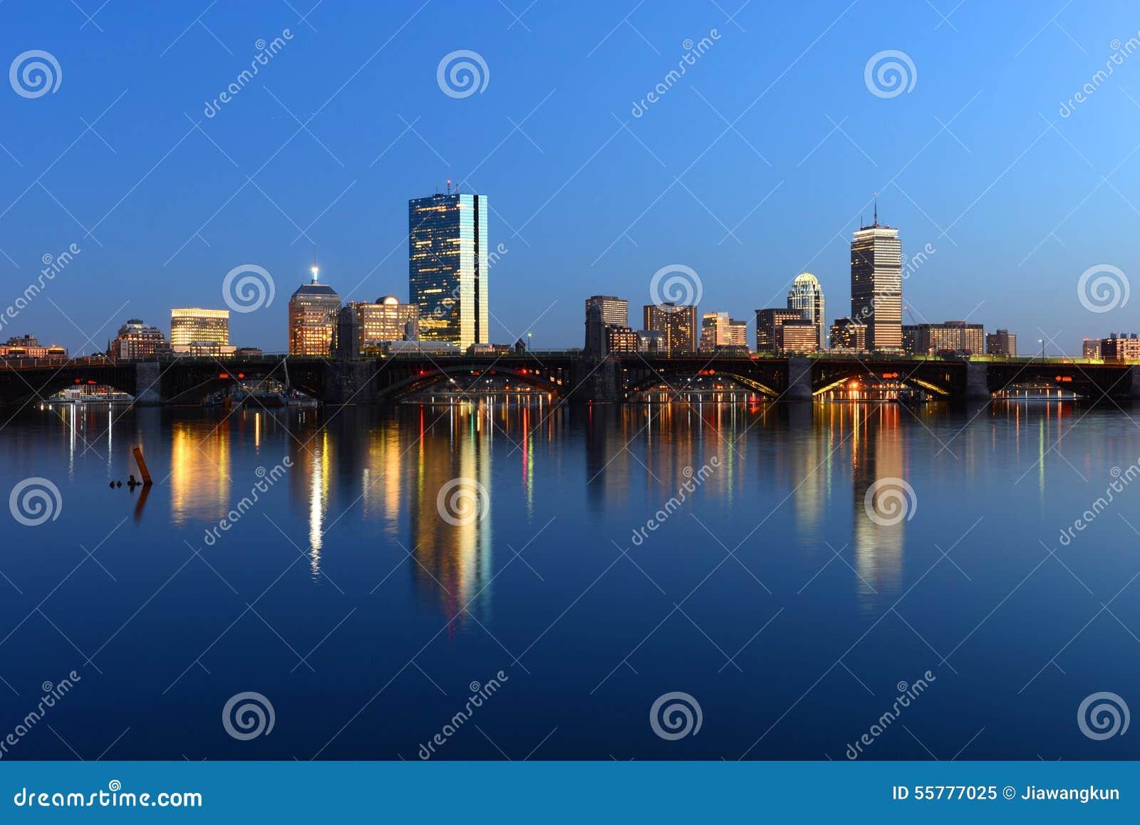 波士顿查尔斯河和后面海湾地平线在晚上