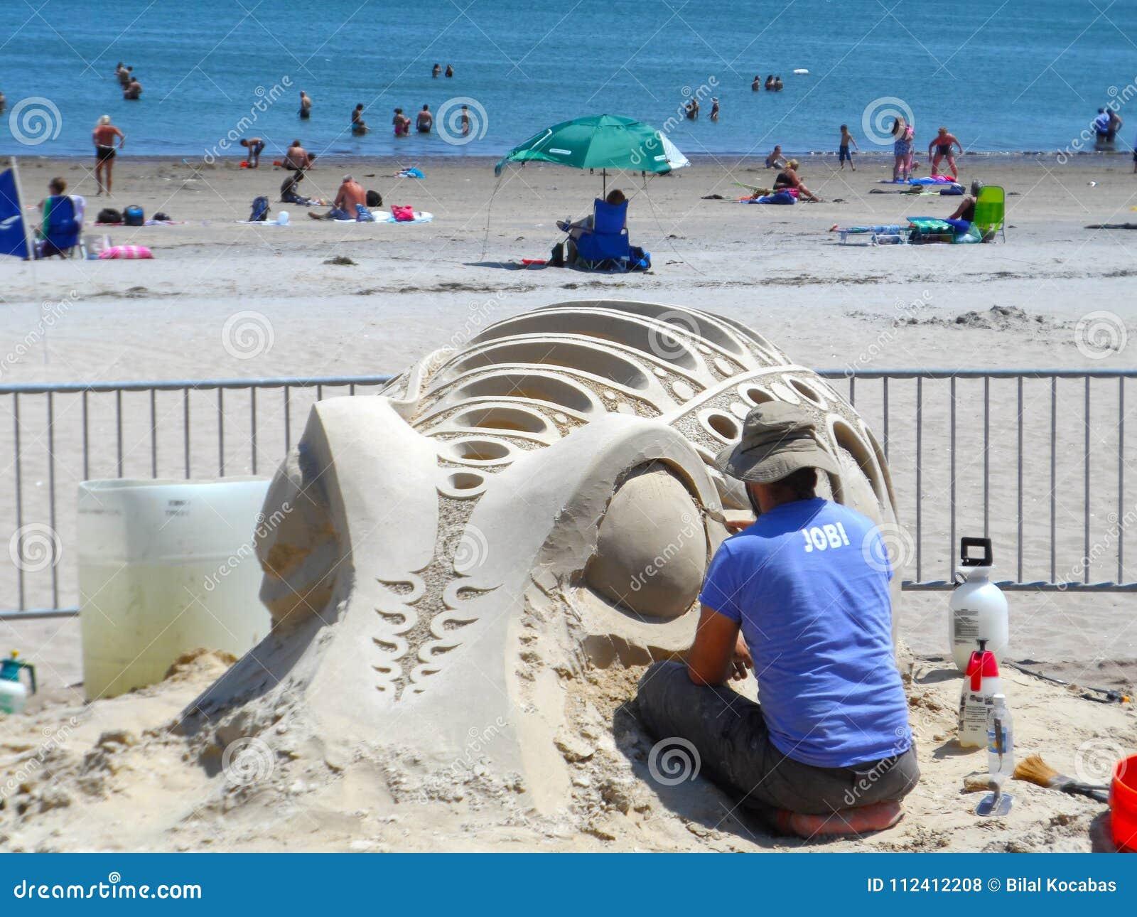 波士顿, MA/USA 7月19日2013尊敬雕刻海滩全国的沙子