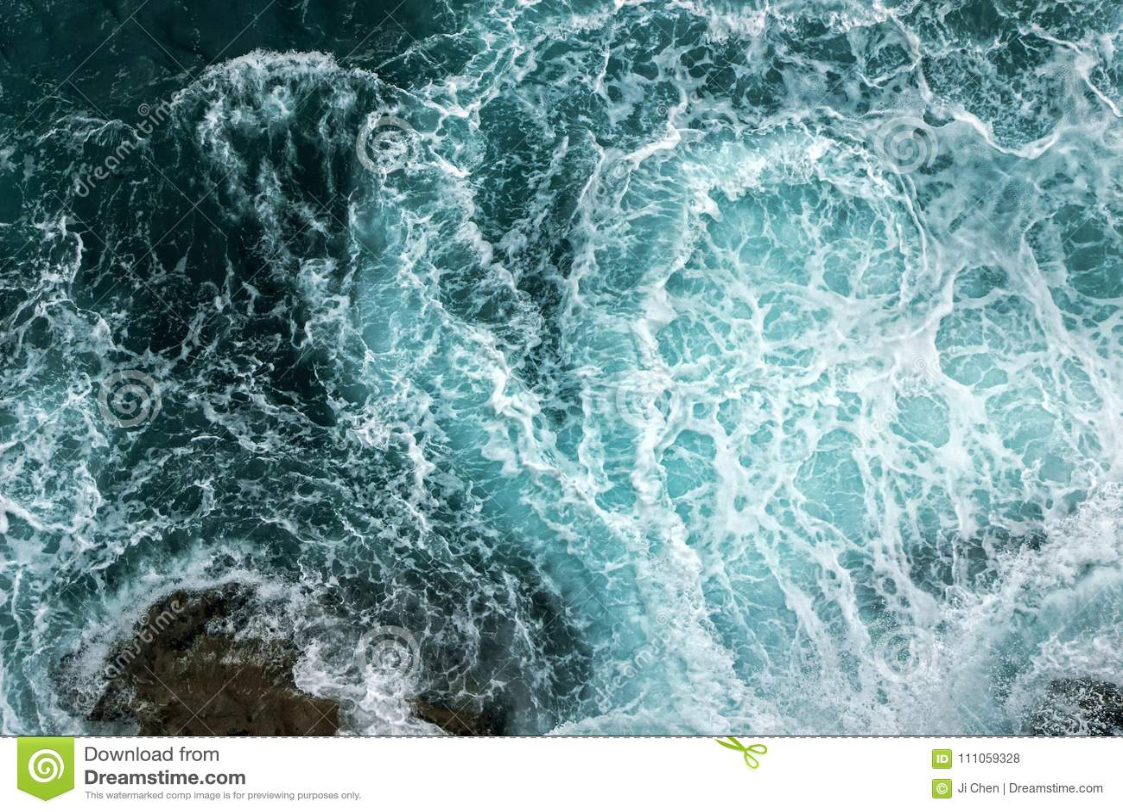 波浪鸟瞰图在海洋