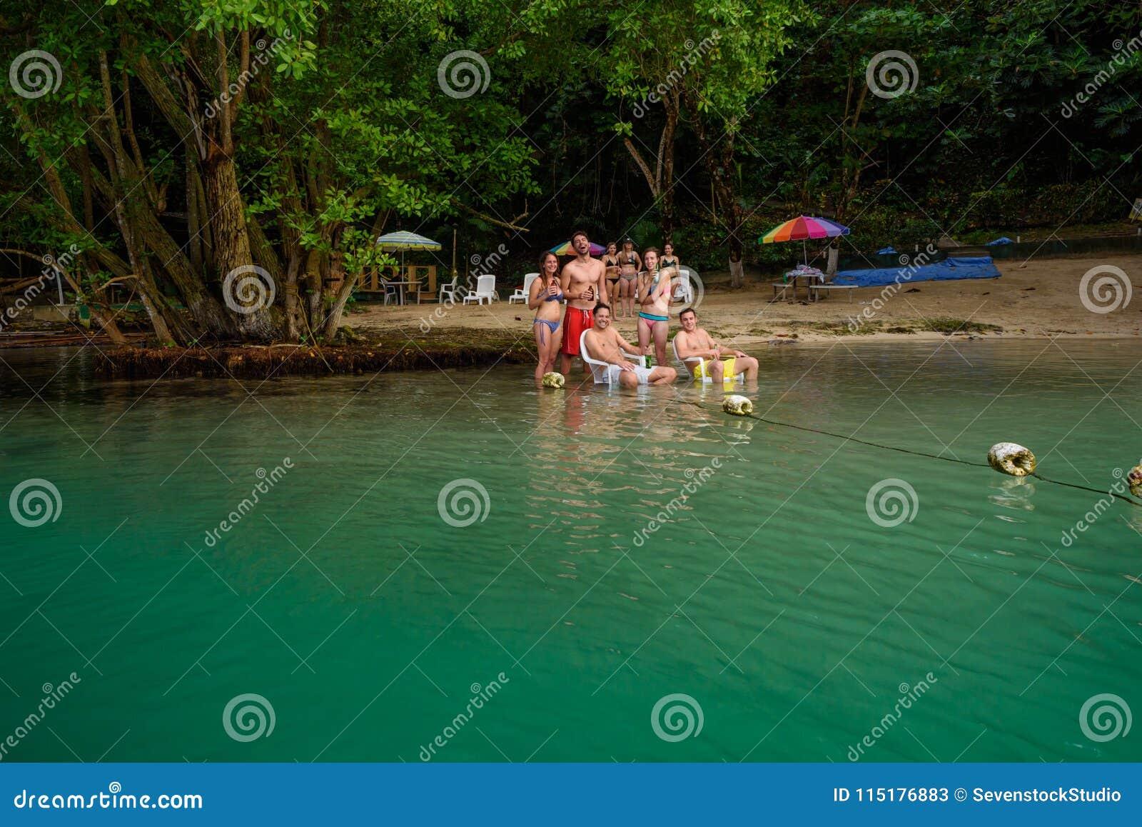 波特兰,牙买加- 2017年11月24日:一个小组美国游人获得在海滩的乐趣在蓝色盐水湖