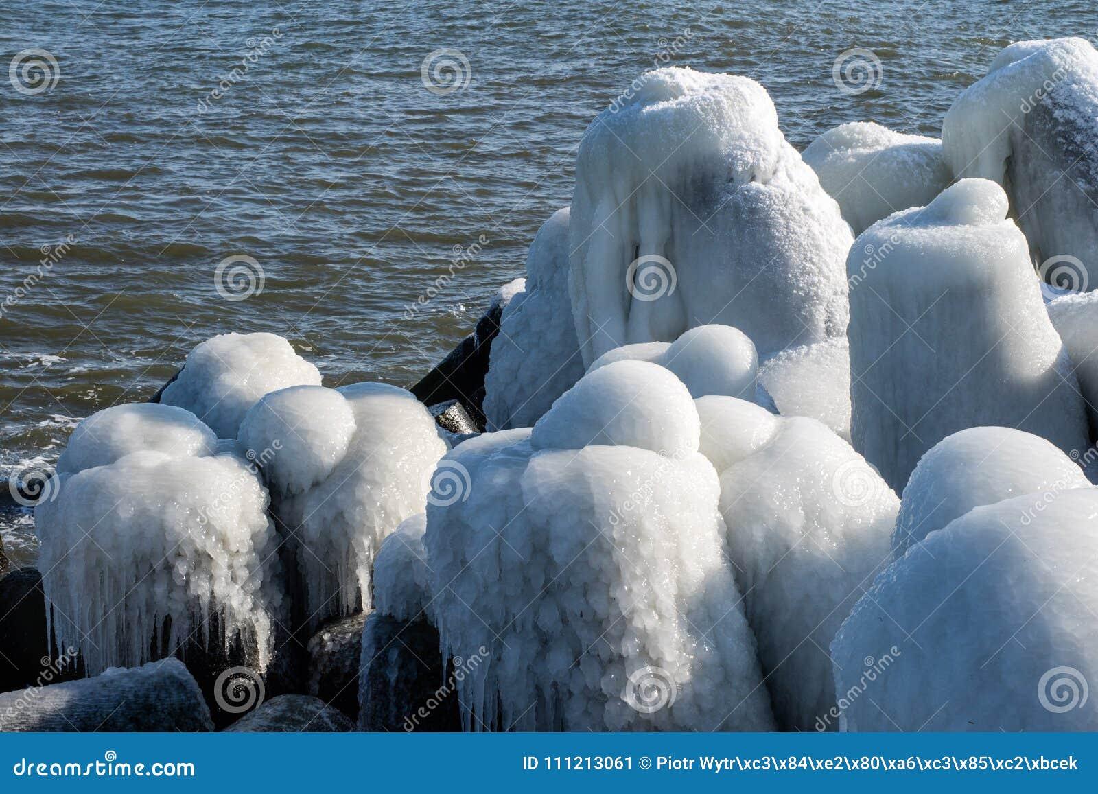 波罗的海在波兰 对口岸的入口,冰川覆盖的混凝土