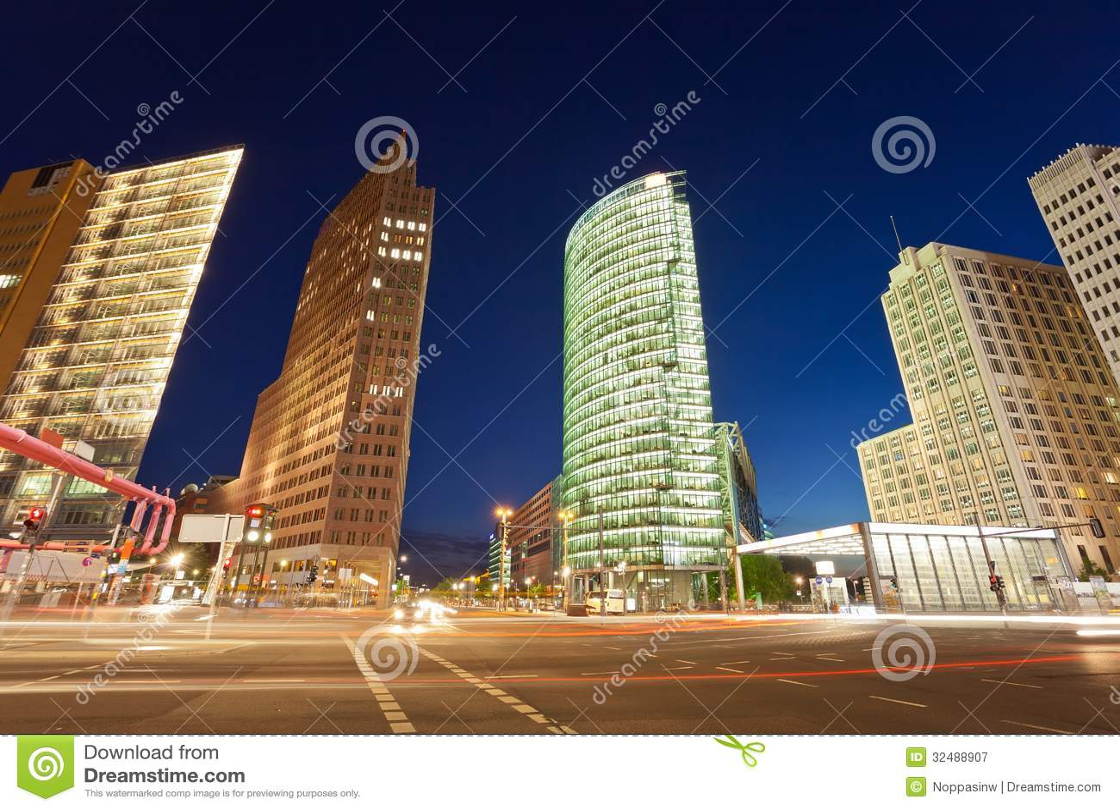 波茨坦广场交叉点的夜视图,柏林,德国.图片