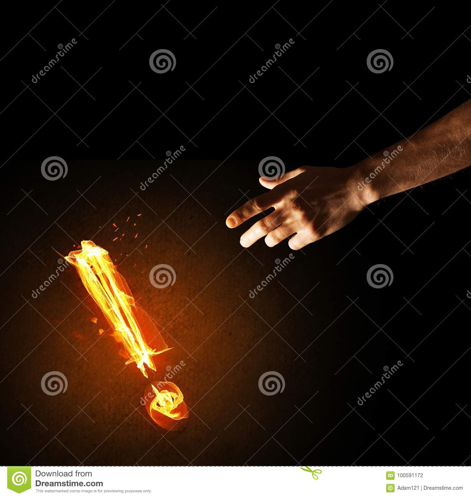 注意或标点的概念与灼烧的惊叹号在黑暗的背景