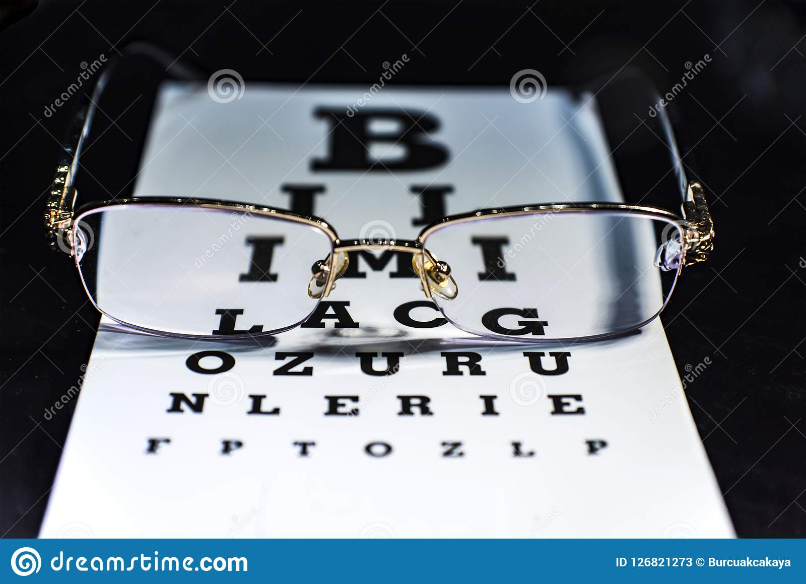 注视在眼力测试图的玻璃,关闭