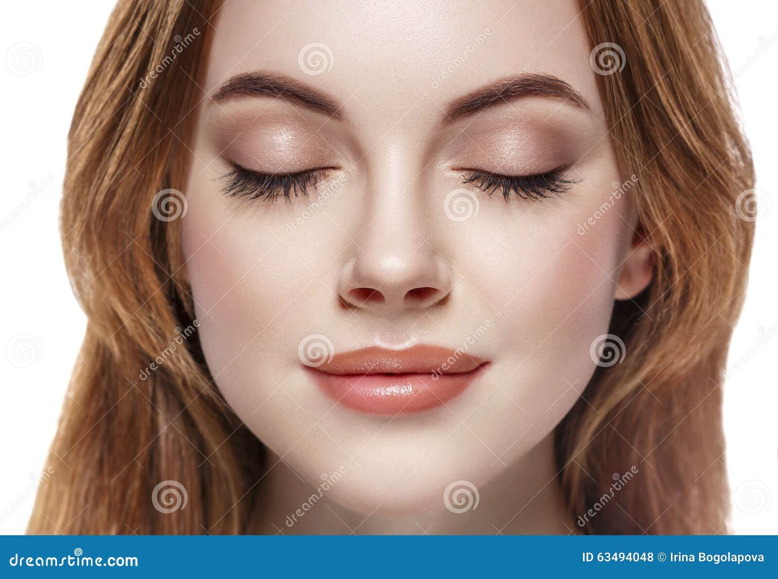 注视妇女在白色隔绝的被关闭的眼眉鞭子面孔特写镜头