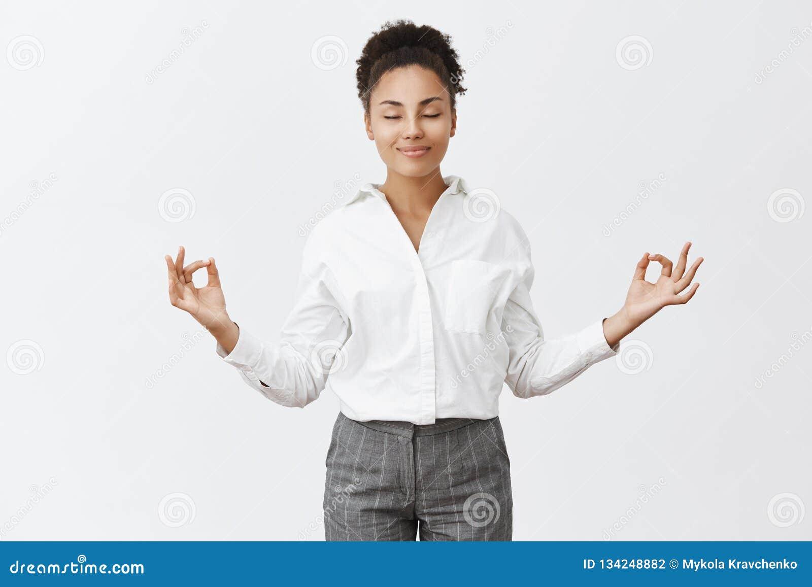 注重自由,仅和平里面 迷住独裁的成套装备的轻松和无忧无虑的女性,举在禅宗姿态的手