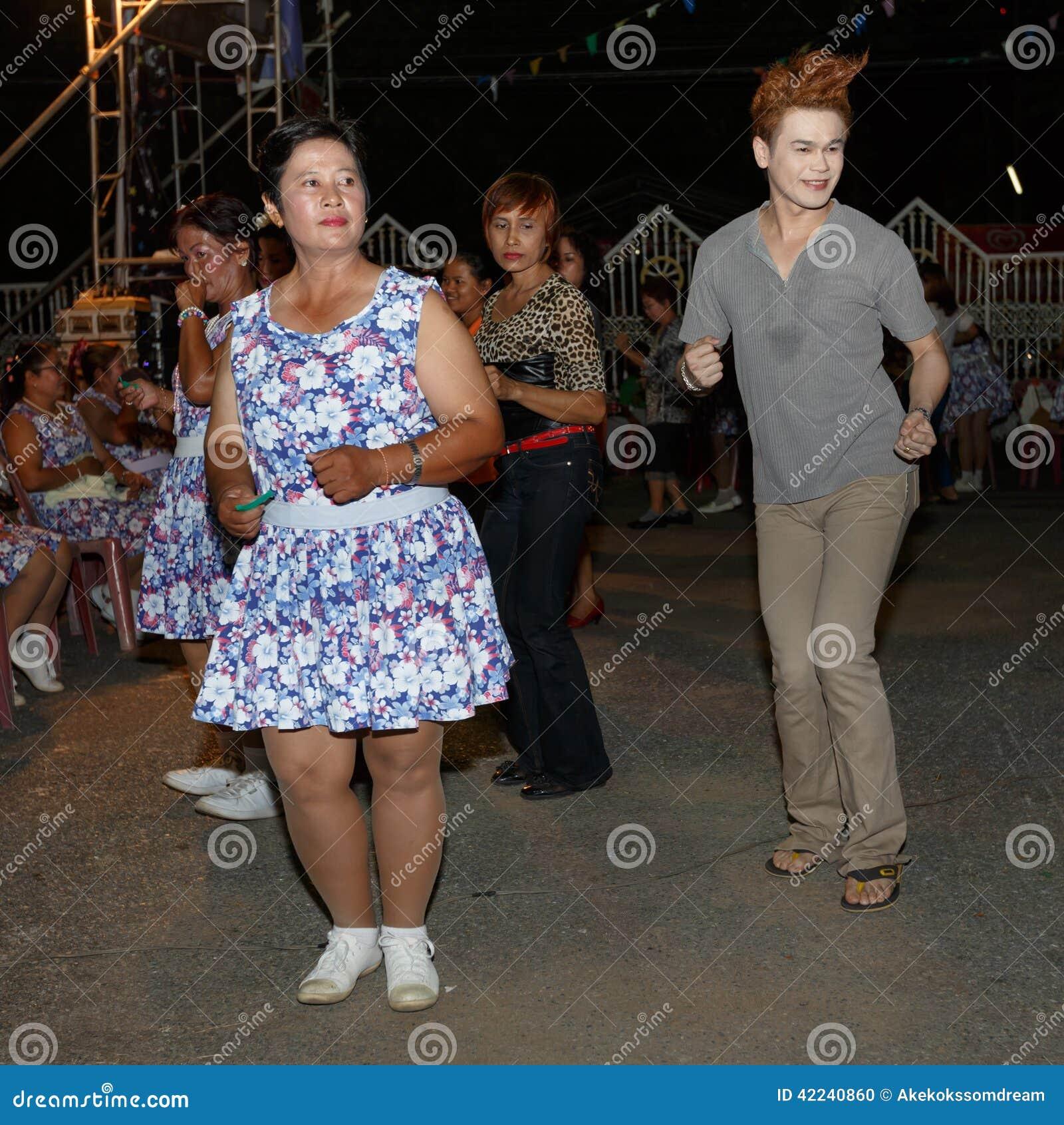彭世洛, thailand-june 21 :泰国人未认出的民间舞和传统服装在夜市场