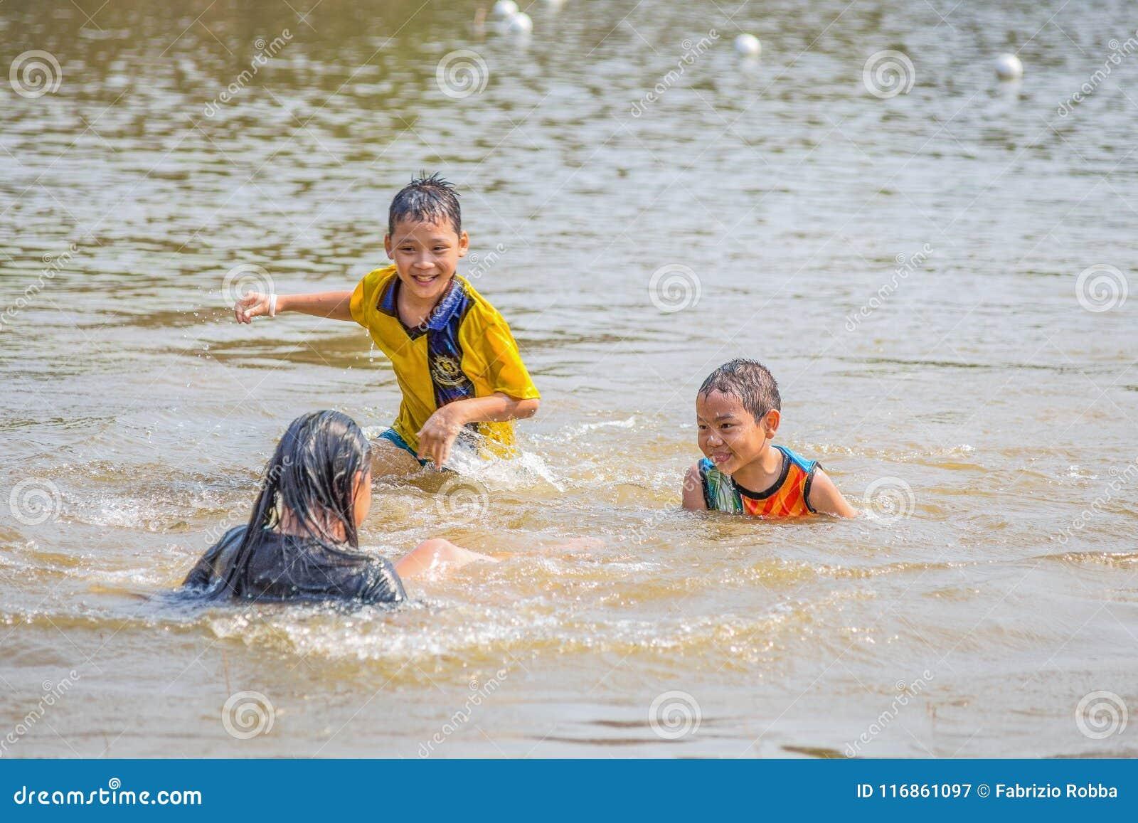 泰国儿童游戏到湖里,泰国的水