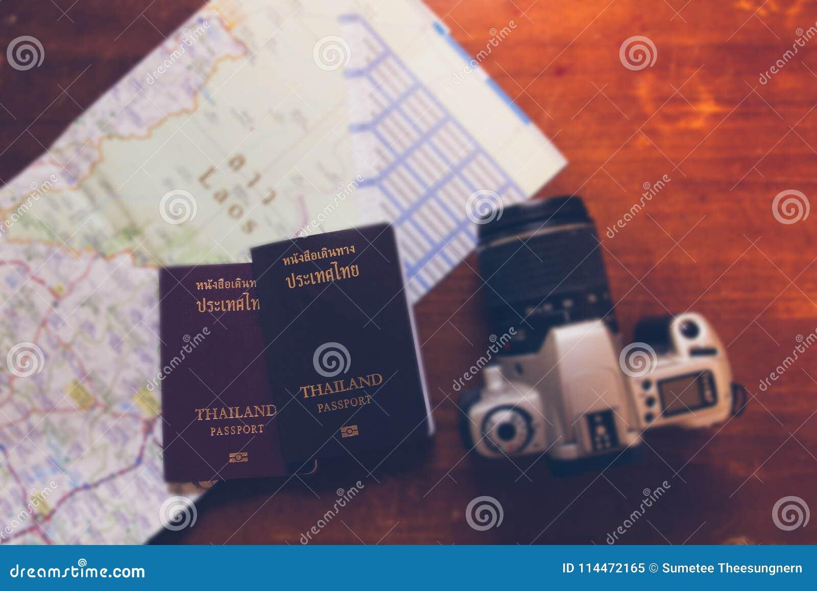 泰国护照和照相机在地图世界旅行和tra的