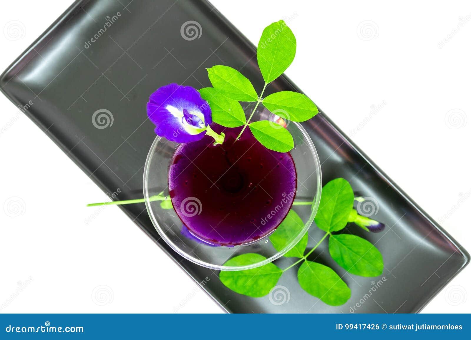 泰国新鲜的健康草本饮料陈汁液有柠檬汁蝴蝶豌豆floweron白色背景