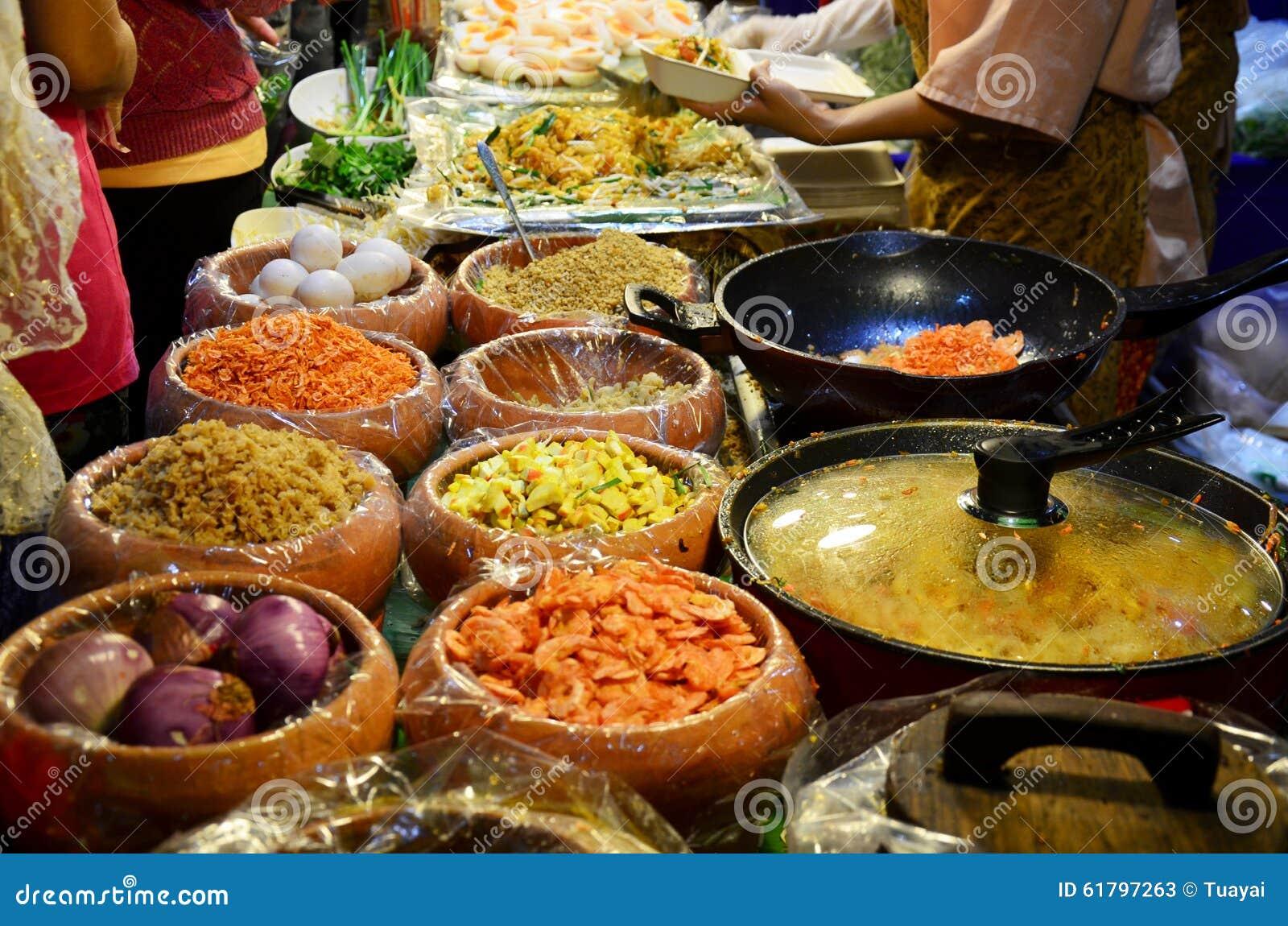 泰国油煎的面条用大虾或泰国叫的Pad Thai Goong草皮