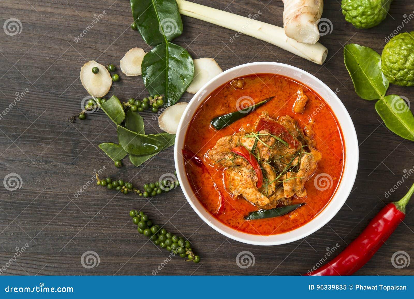 泰国食物咖喱痘疱辣在木桌上, & x28; 烹调Concept& x29;