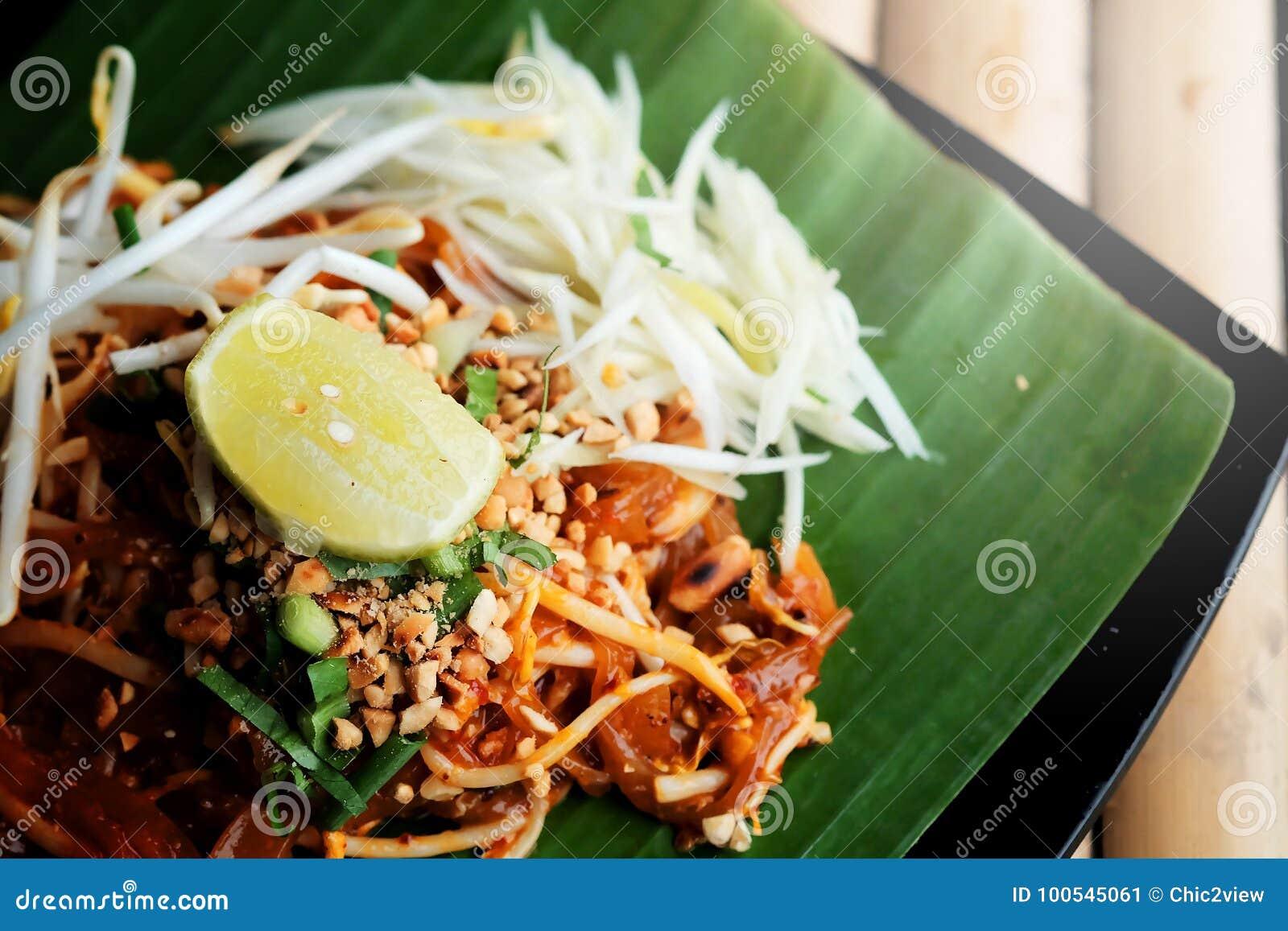 泰国Phat thaior的垫是著名泰国传统烹调用在香蕉叶子供食的油煎的面条