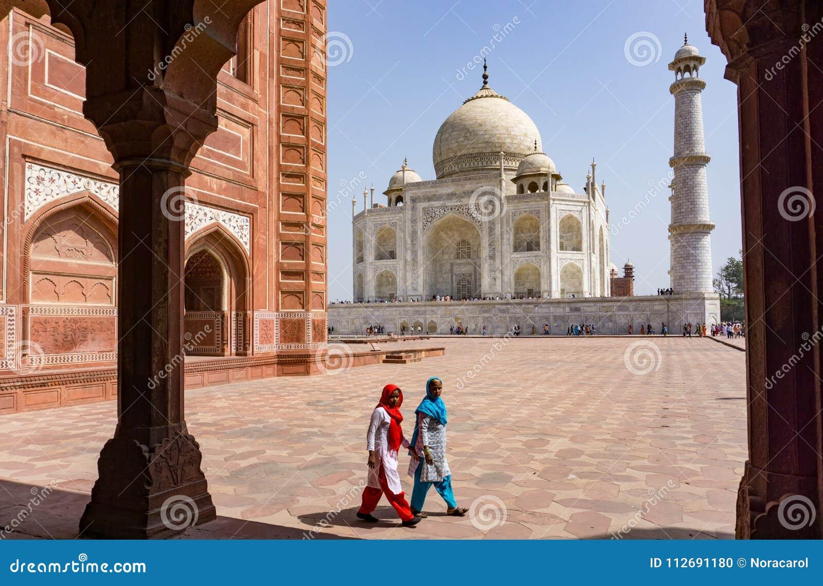泰姬陵的两名印地安妇女
