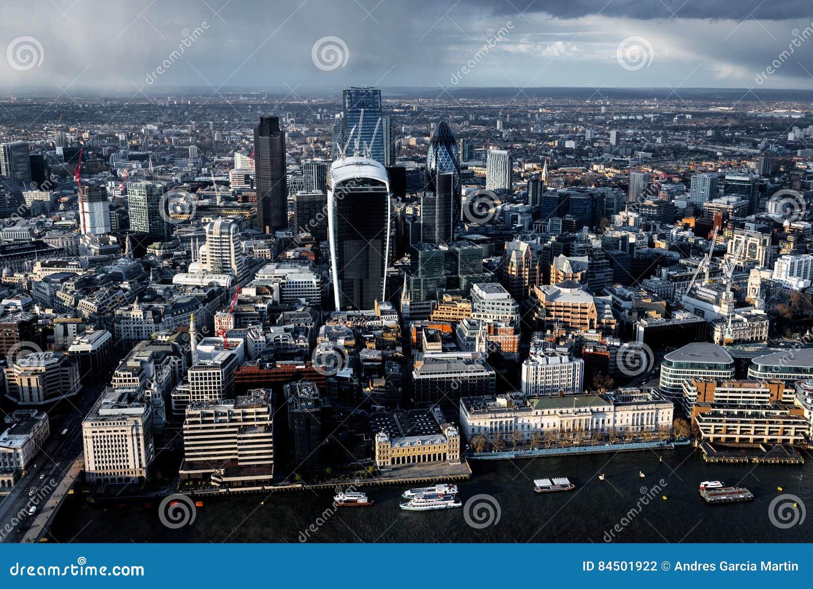 泰晤士河和城市鸟瞰图在伦敦