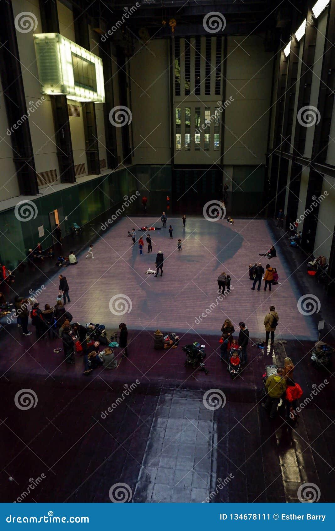 泰特现代艺术馆画廊的访客