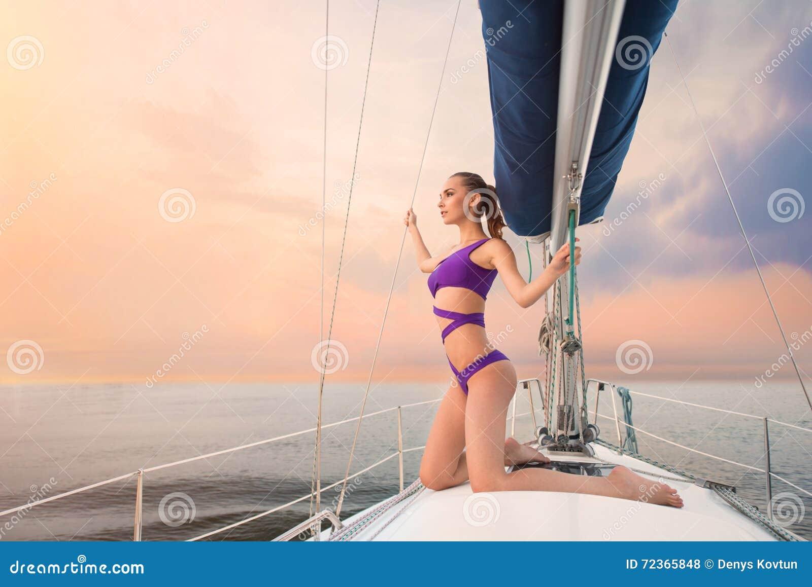 泳装的女孩在游艇