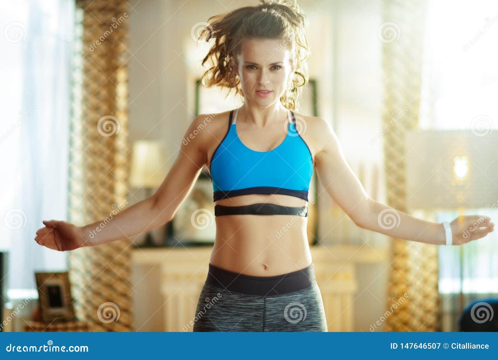 活跃妇女锻炼和使用心率显示器