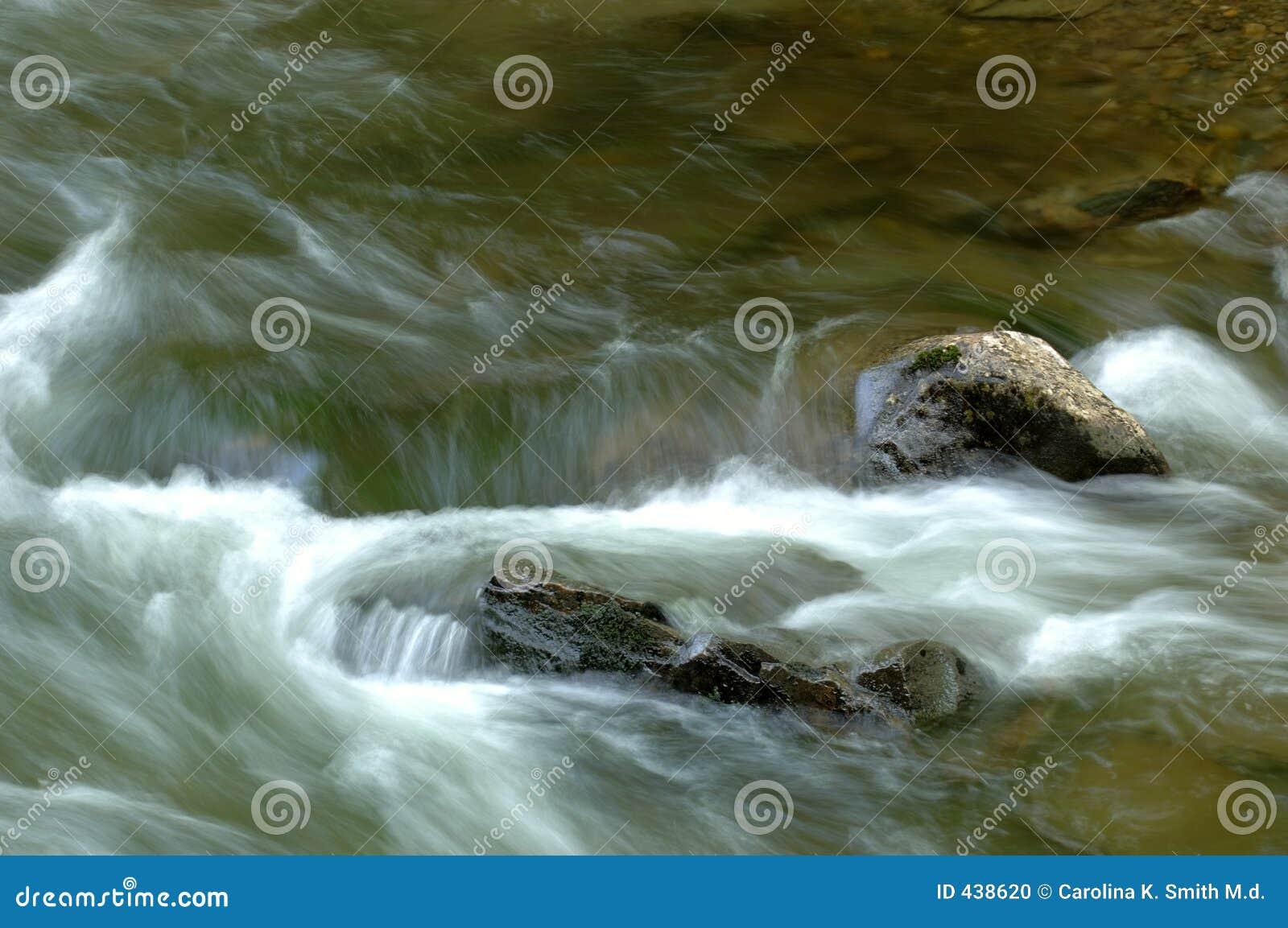 流实际河岩石