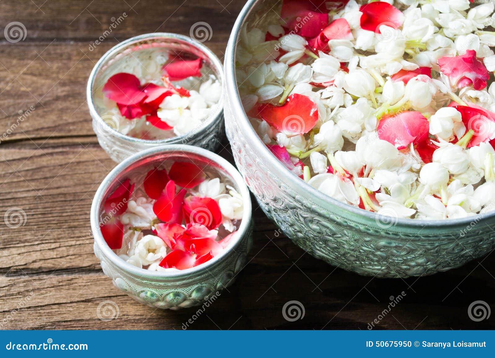 Download 浇灌在与香水混合的碗并且开花Songkra的花冠 库存照片. 图片 包括有 阵雨, 的btu, 安排, 全部 - 50675950