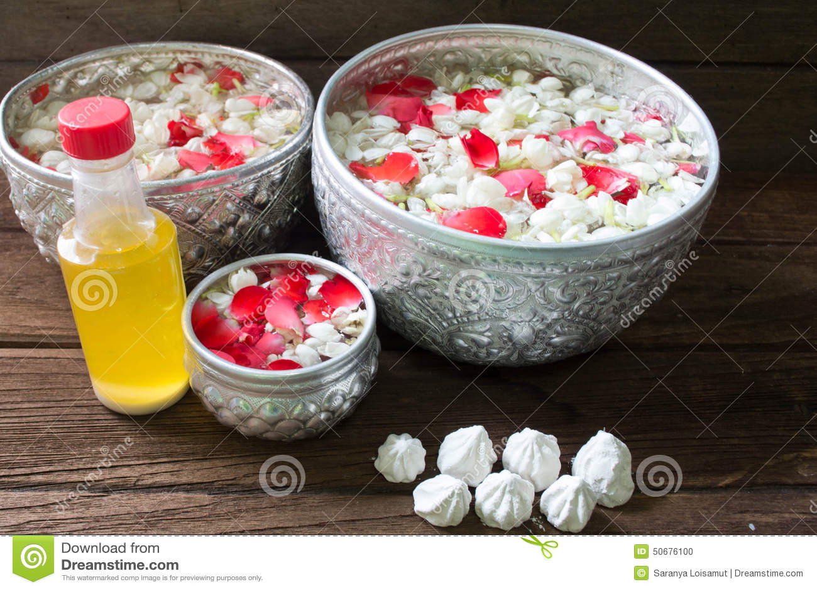 Download 浇灌在与香水混合的碗并且开花Songkra的花冠 库存照片. 图片 包括有 卑鄙, 背包, 安排, 阵雨 - 50676100