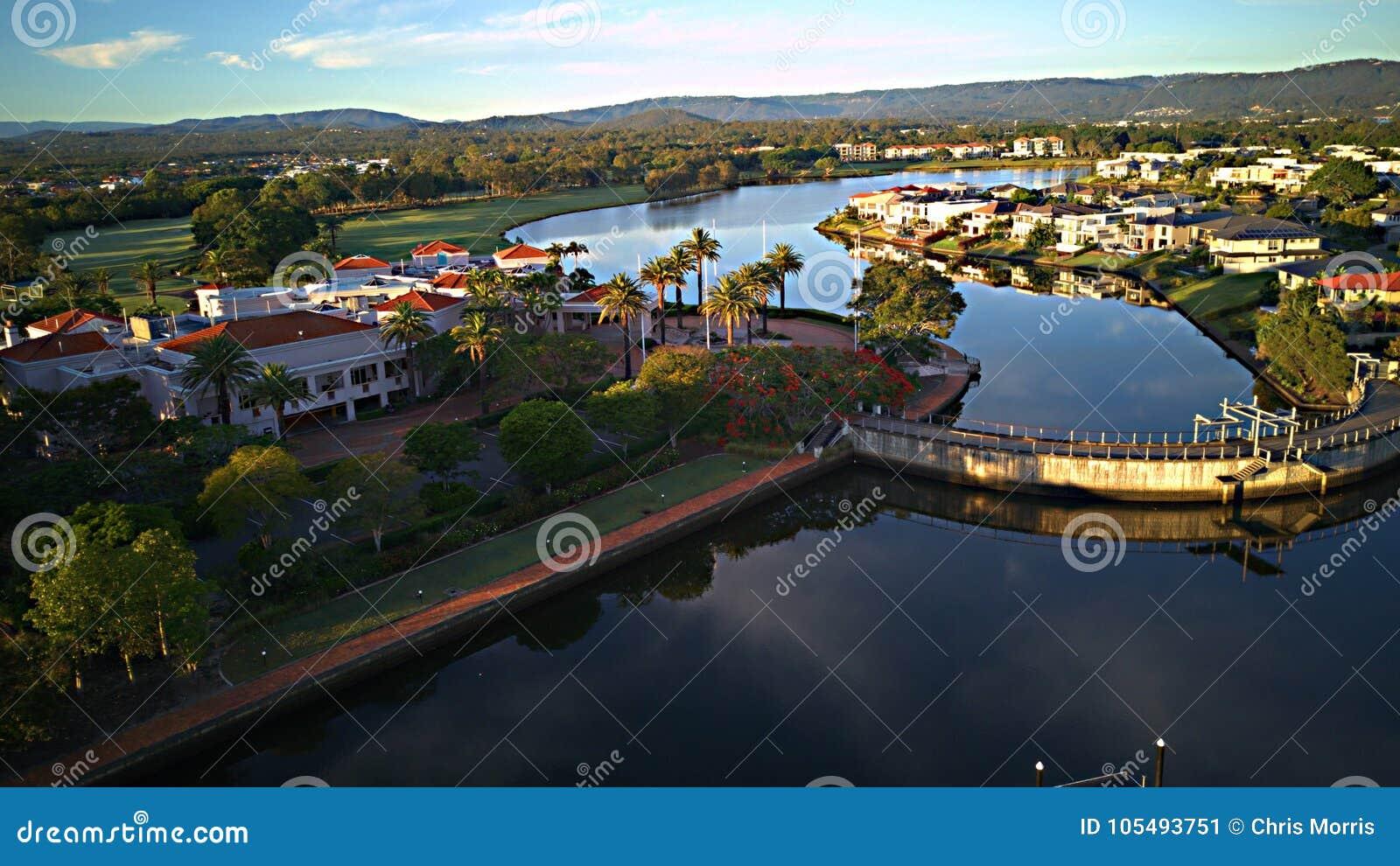 浇灌在英属黄金海岸希望海岛高尔夫球场的水坝并且浇灌前面庄园