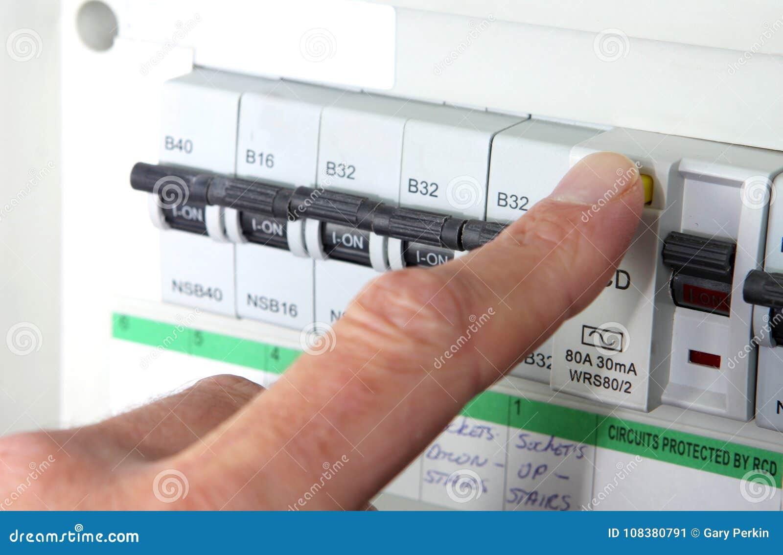 测试RCD & x28; 残余的当前Device& x29;在英国国内电子消费者单位或保险丝箱子上