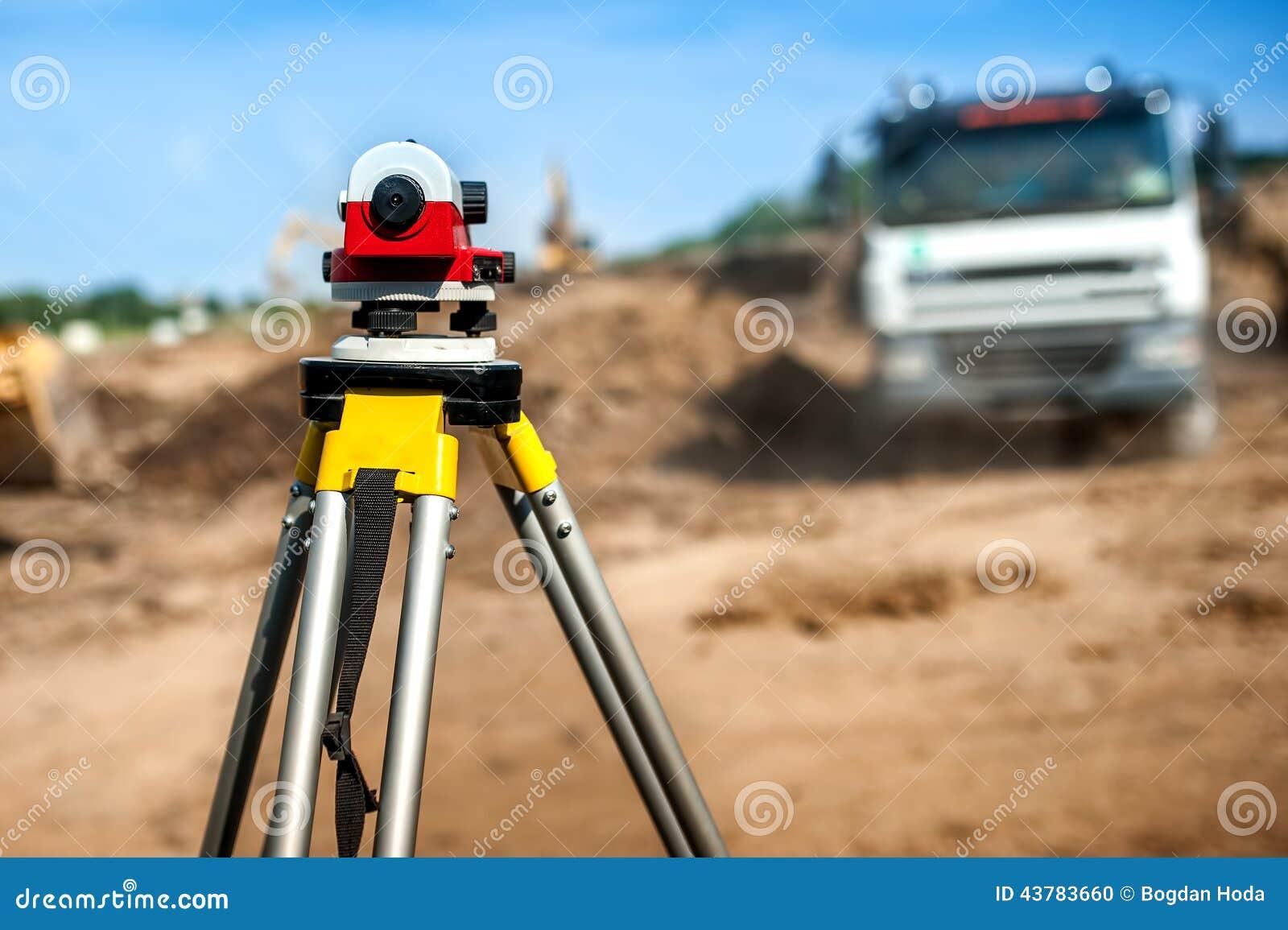 测量员有经纬仪的工程学设备