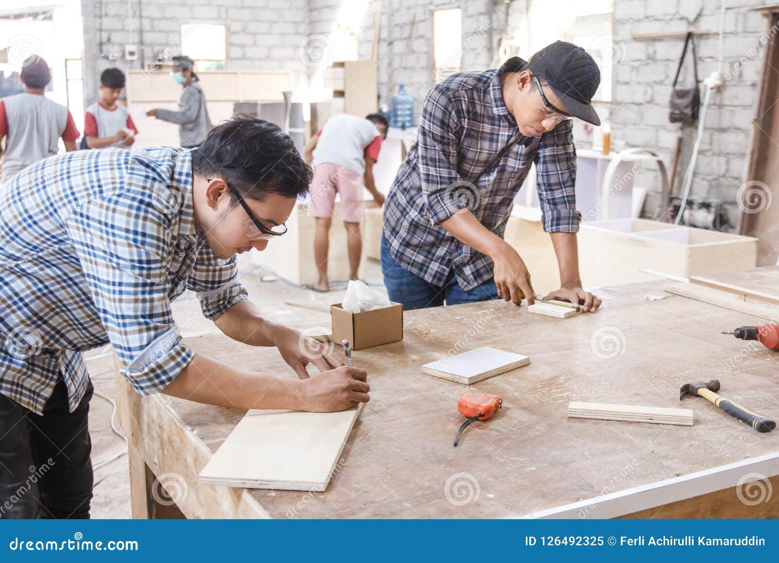 测量和标记木委员会的年轻木匠