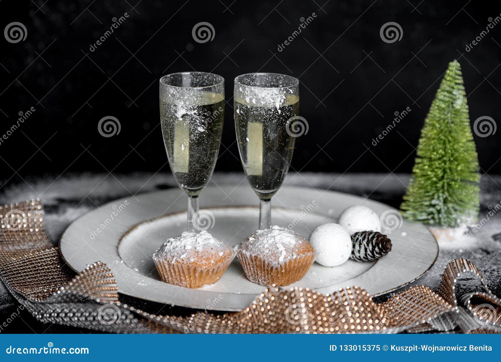 浪漫冬天晚上用两的香槟