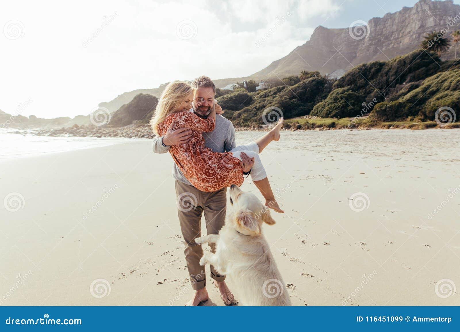 浪漫成熟加上在海滩的一条狗
