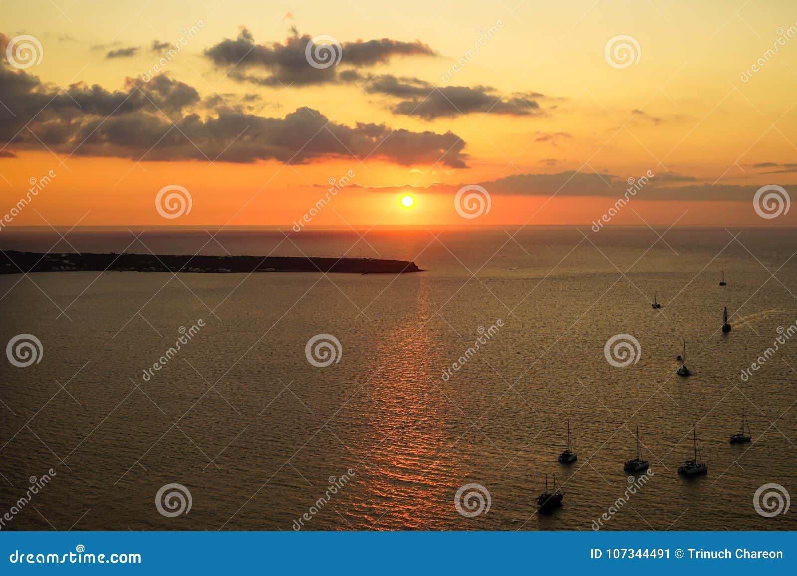 浪漫日落风景海景在有帆船剪影、抽象云彩和光反射的浩大的爱琴海