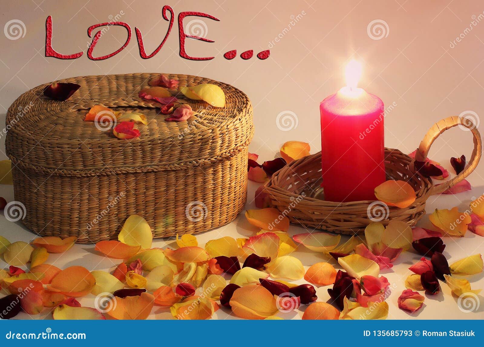浪漫构成 爱 柳条筐和结辨的蜡烛和玫瑰花瓣