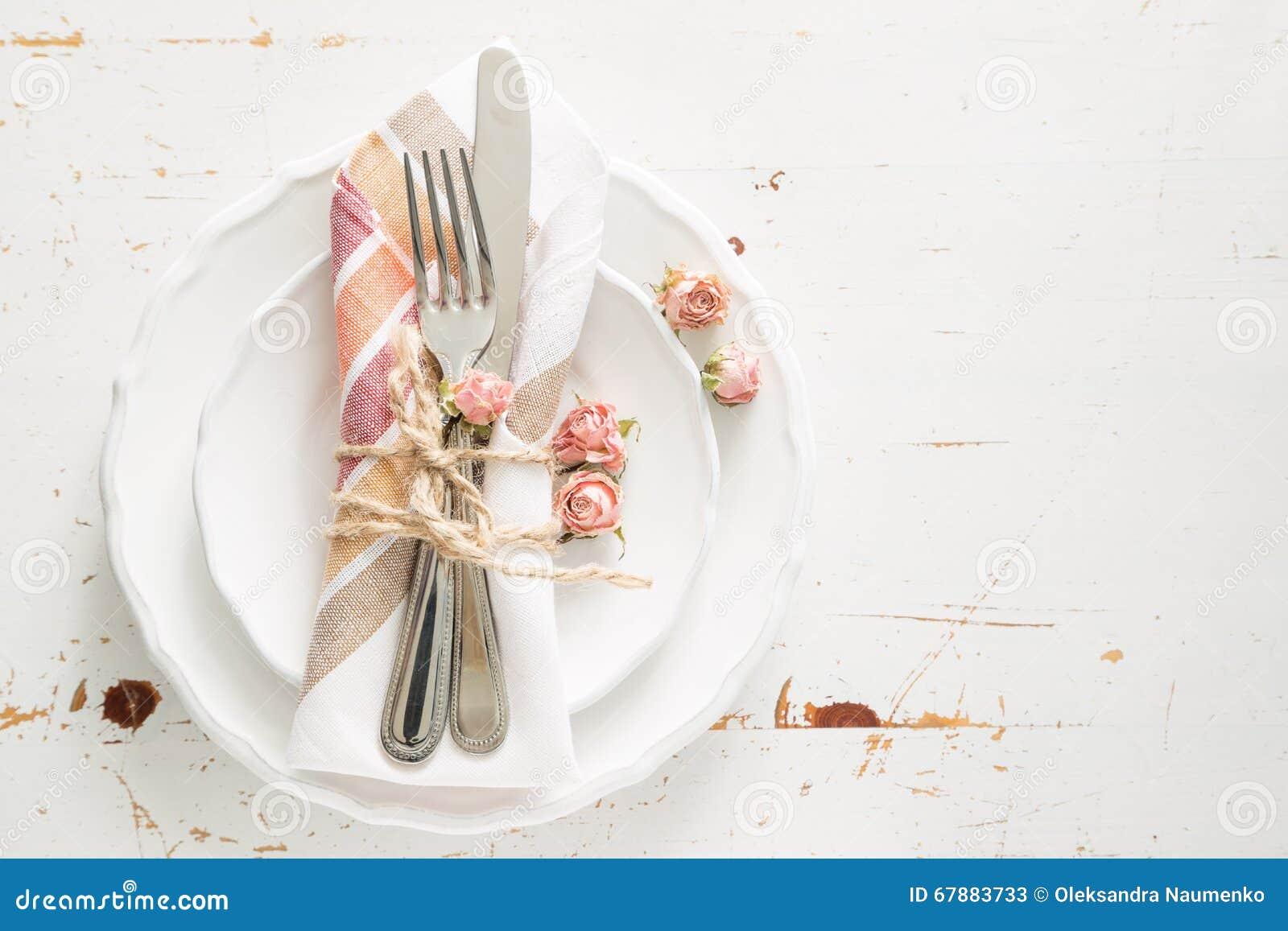 浪漫桌设置与死了花
