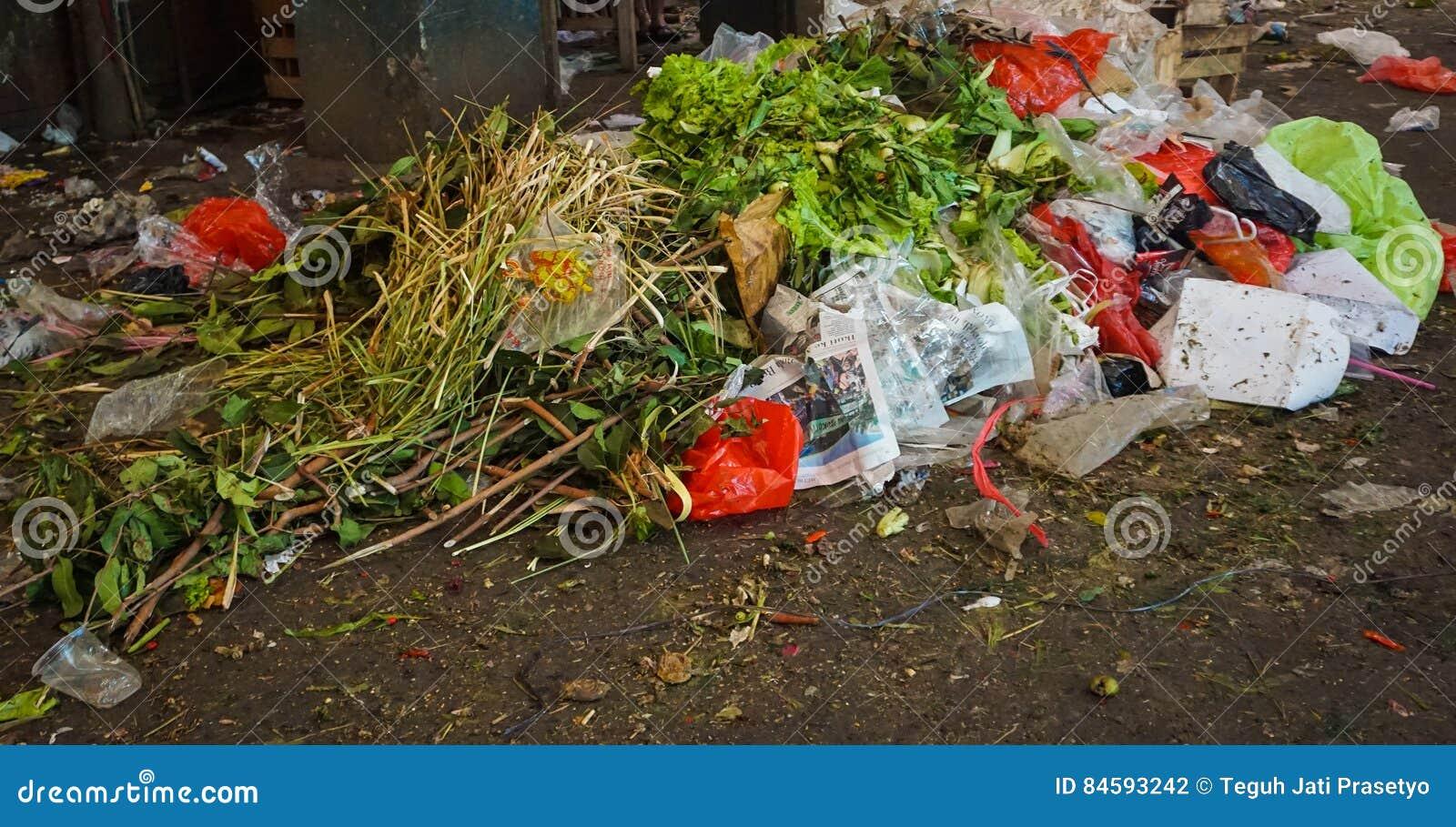 浪费在一个传统市场的角落的菜在雅加达印度尼西亚
