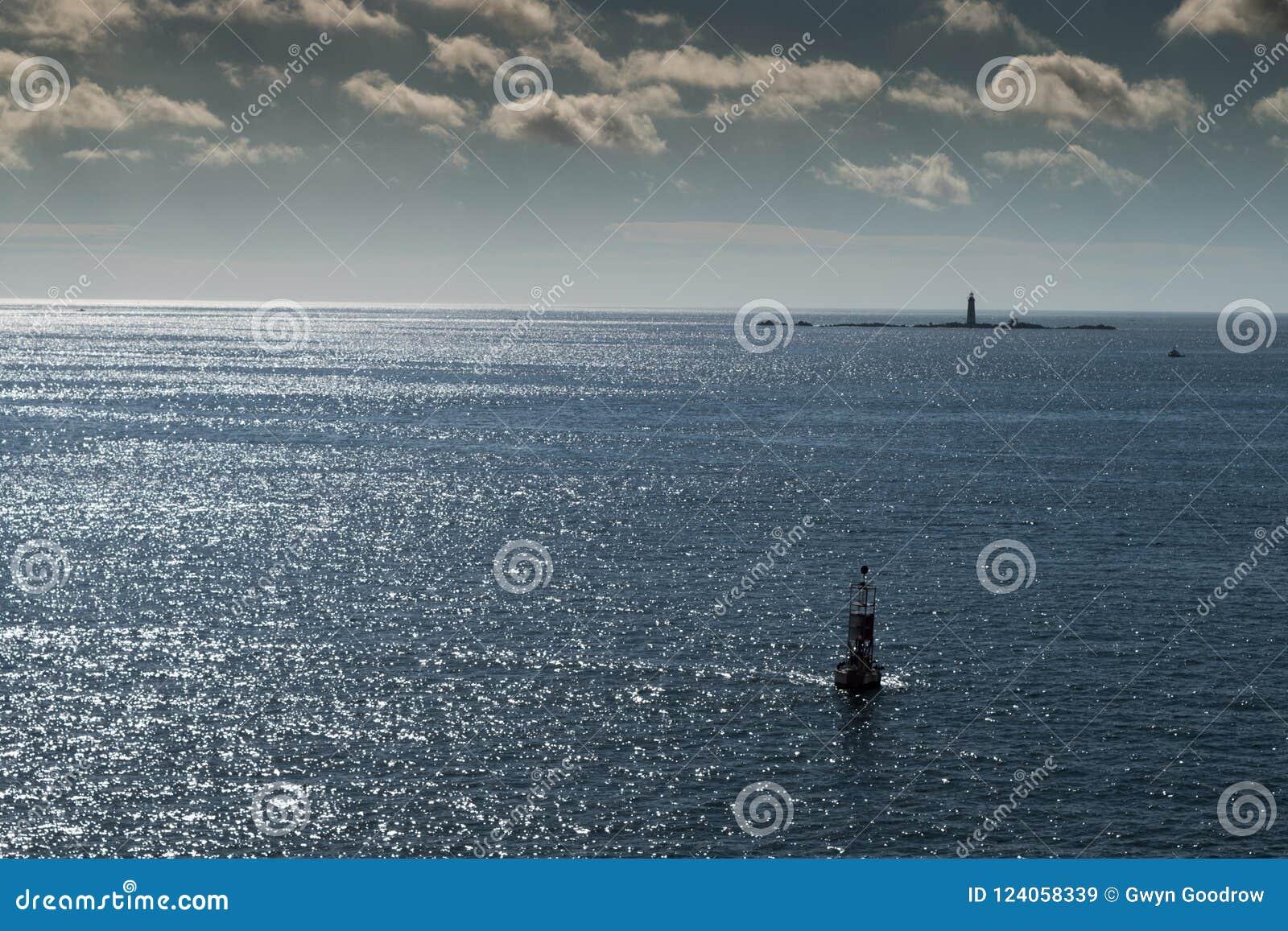 浮体在有云彩的大西洋