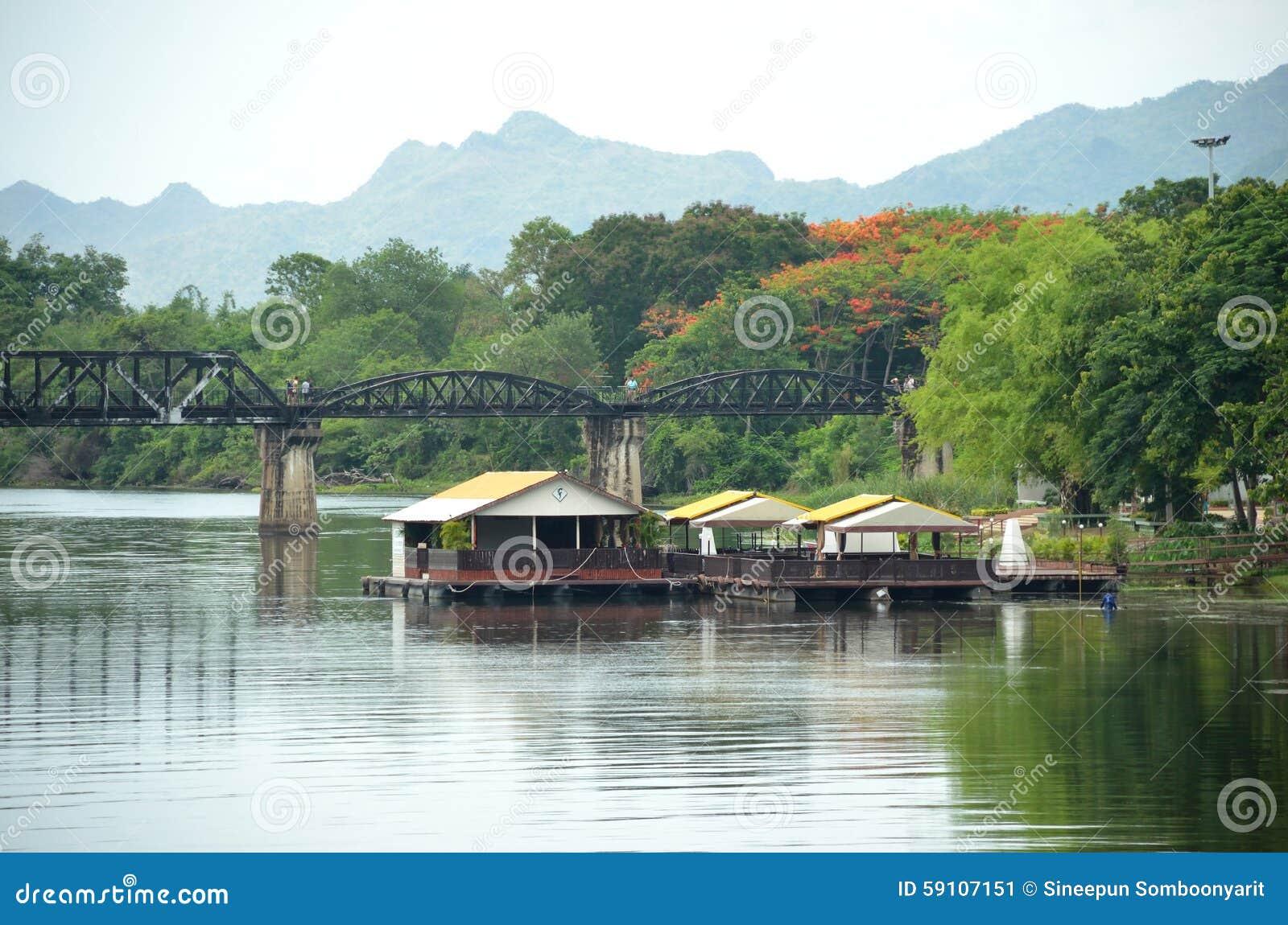 浮动房子在Kranchanaburi省的,泰国河