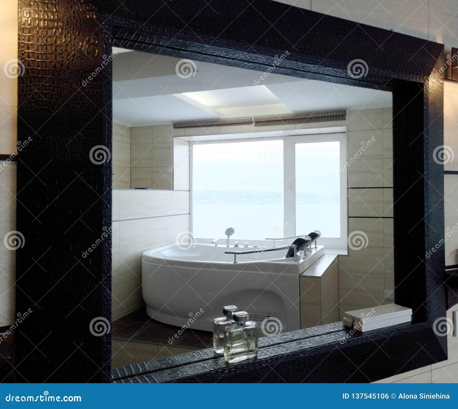 浴盆在酒店房间 美丽的景色、放松和放松 照片通过镜子的反射