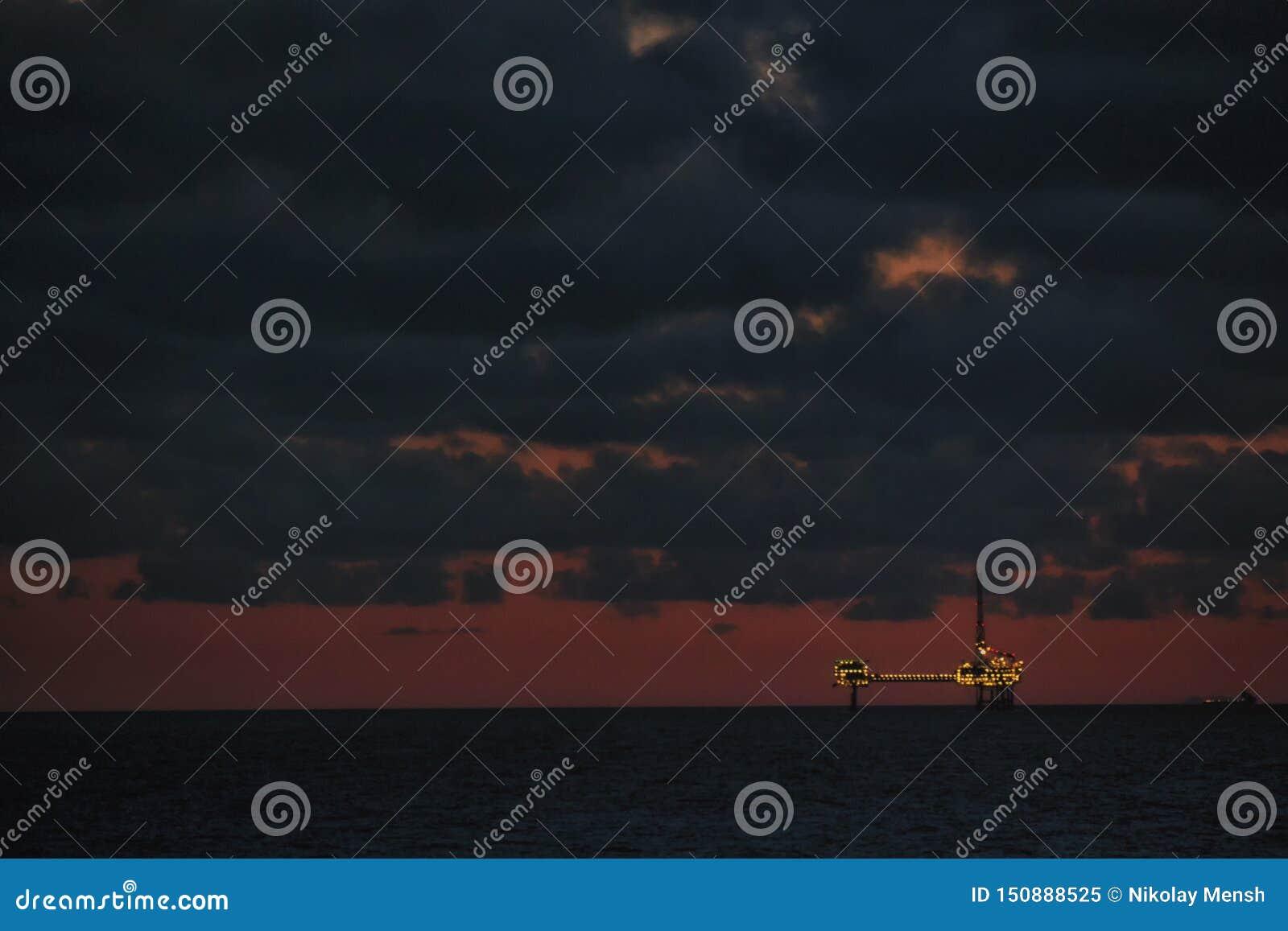 海上钻探钻机建设中 石油工业结构 石油平台在晚上