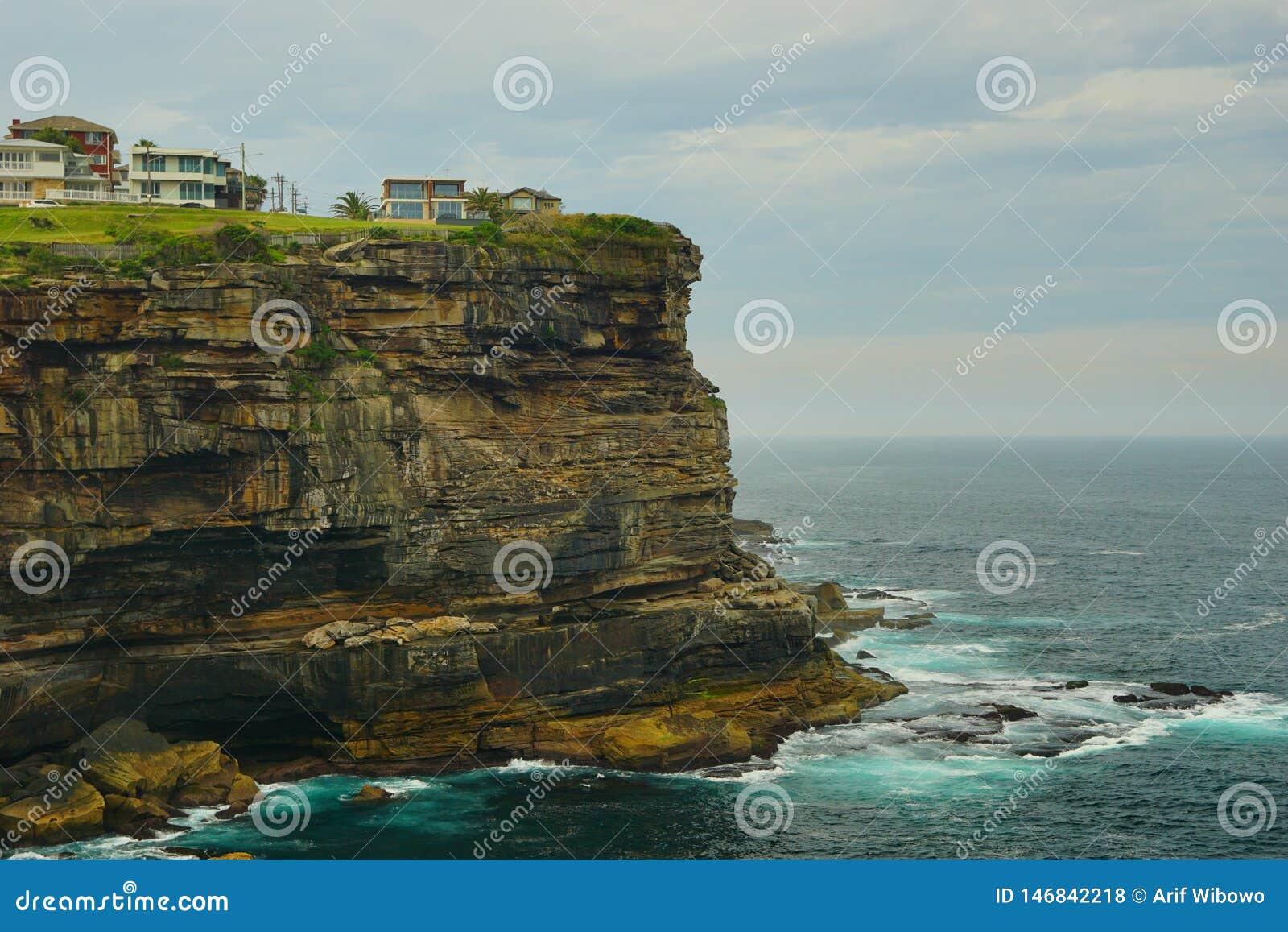 海和波浪在金刚石海湾在悉尼